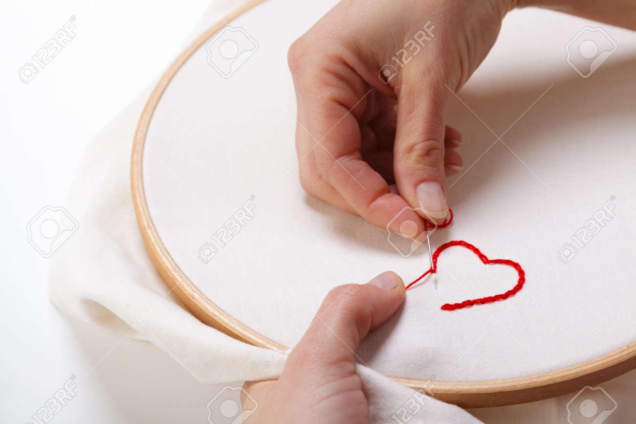 Nahaufnahme Von Frau Hände, Ein Rotes Herz Geformt Dekoration Auf ...