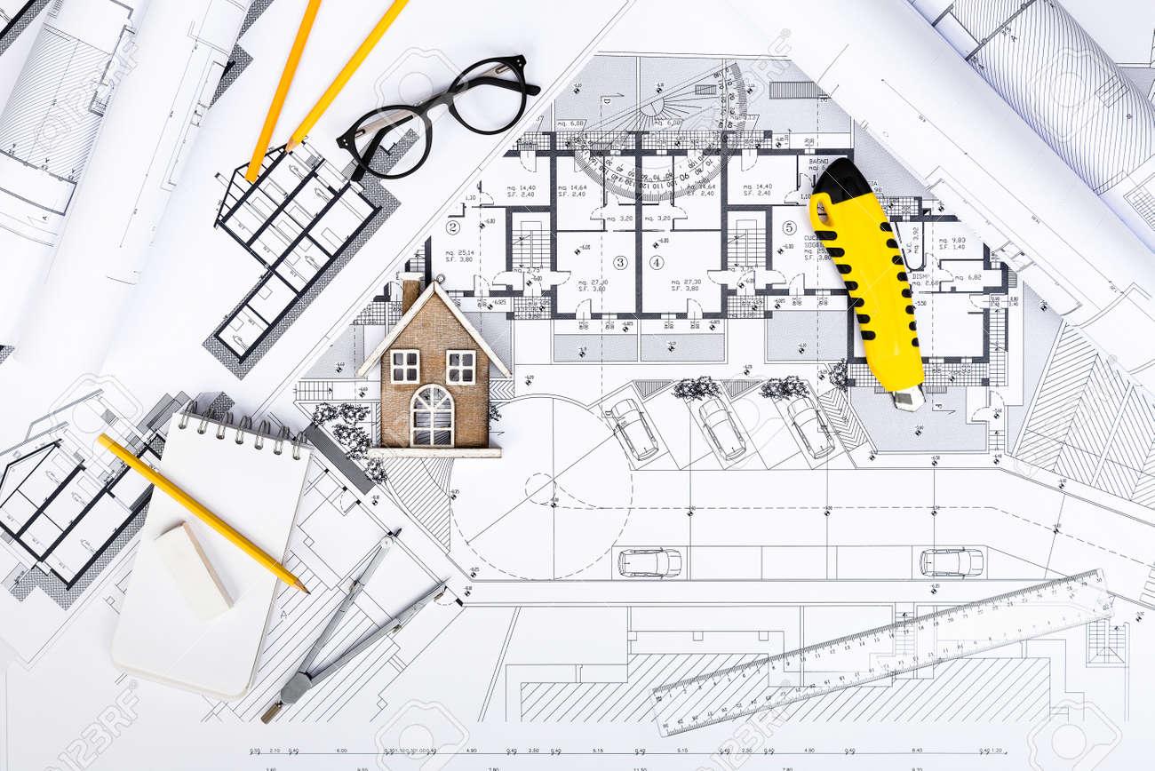 Draufsicht Der Baupläne Mit Zeichnungs-Werkzeugen Und Haus-Miniatur ...