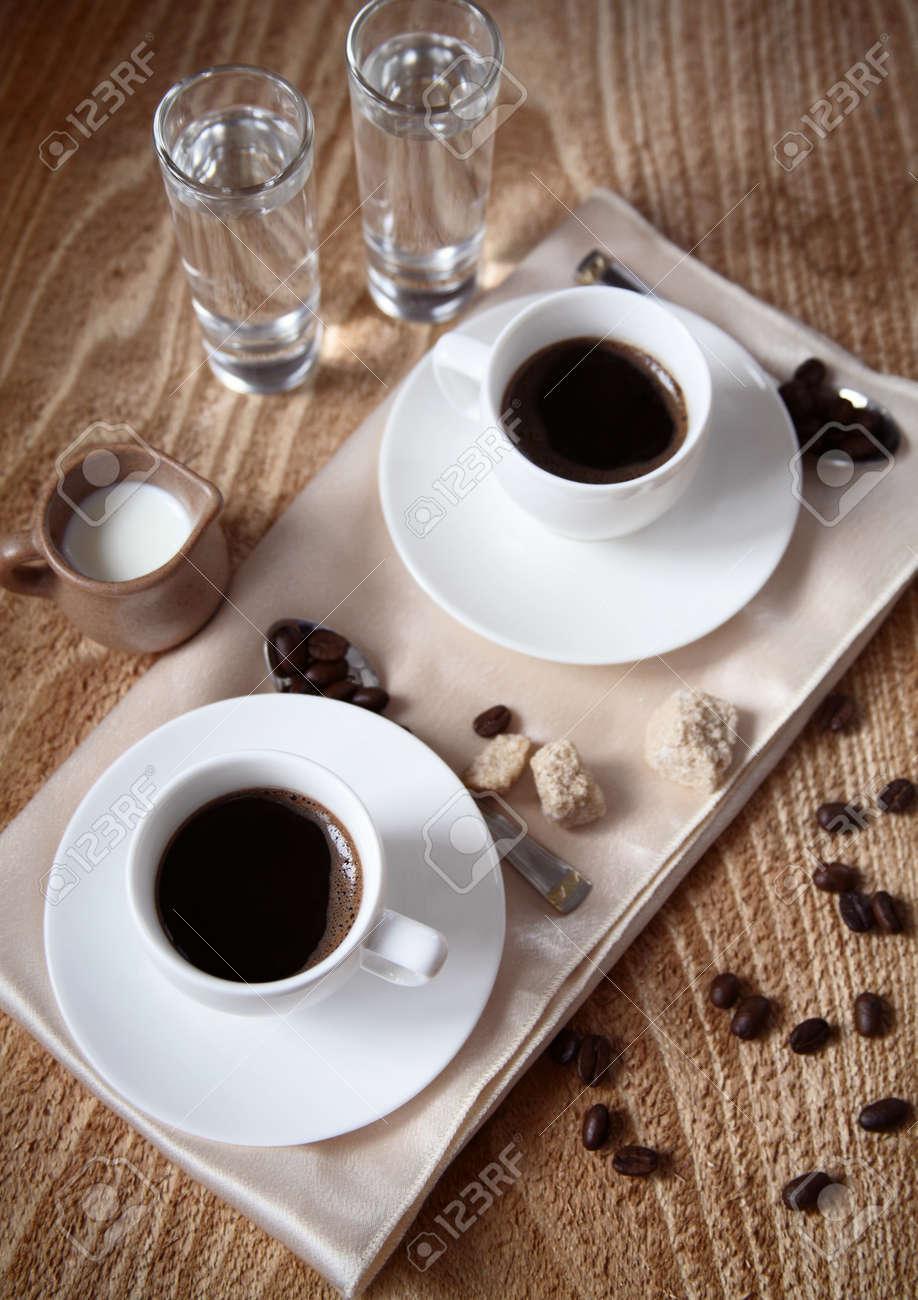 Zwei Tassen Dunklen Kaffee Milch Wasser Zucker Löffel