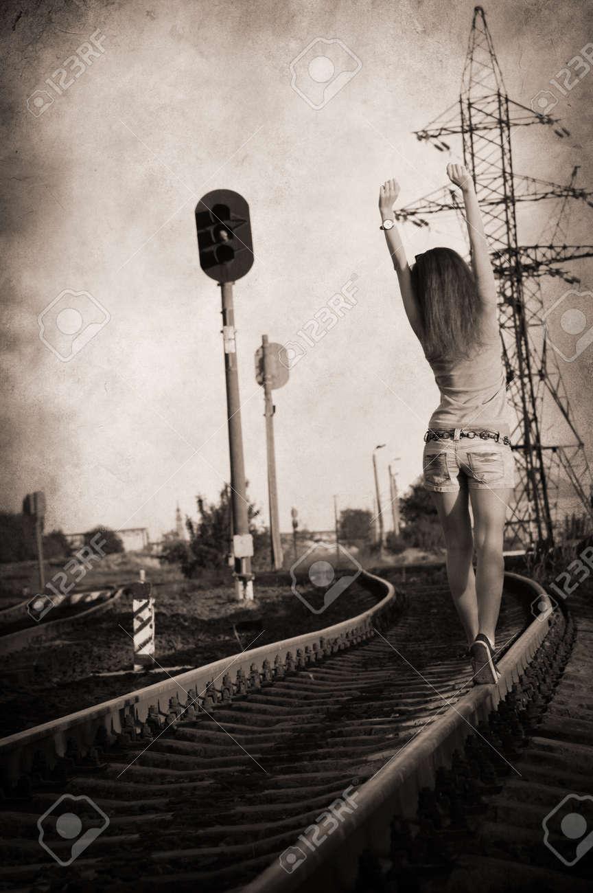 Resultado de imagen de chica caminando sola