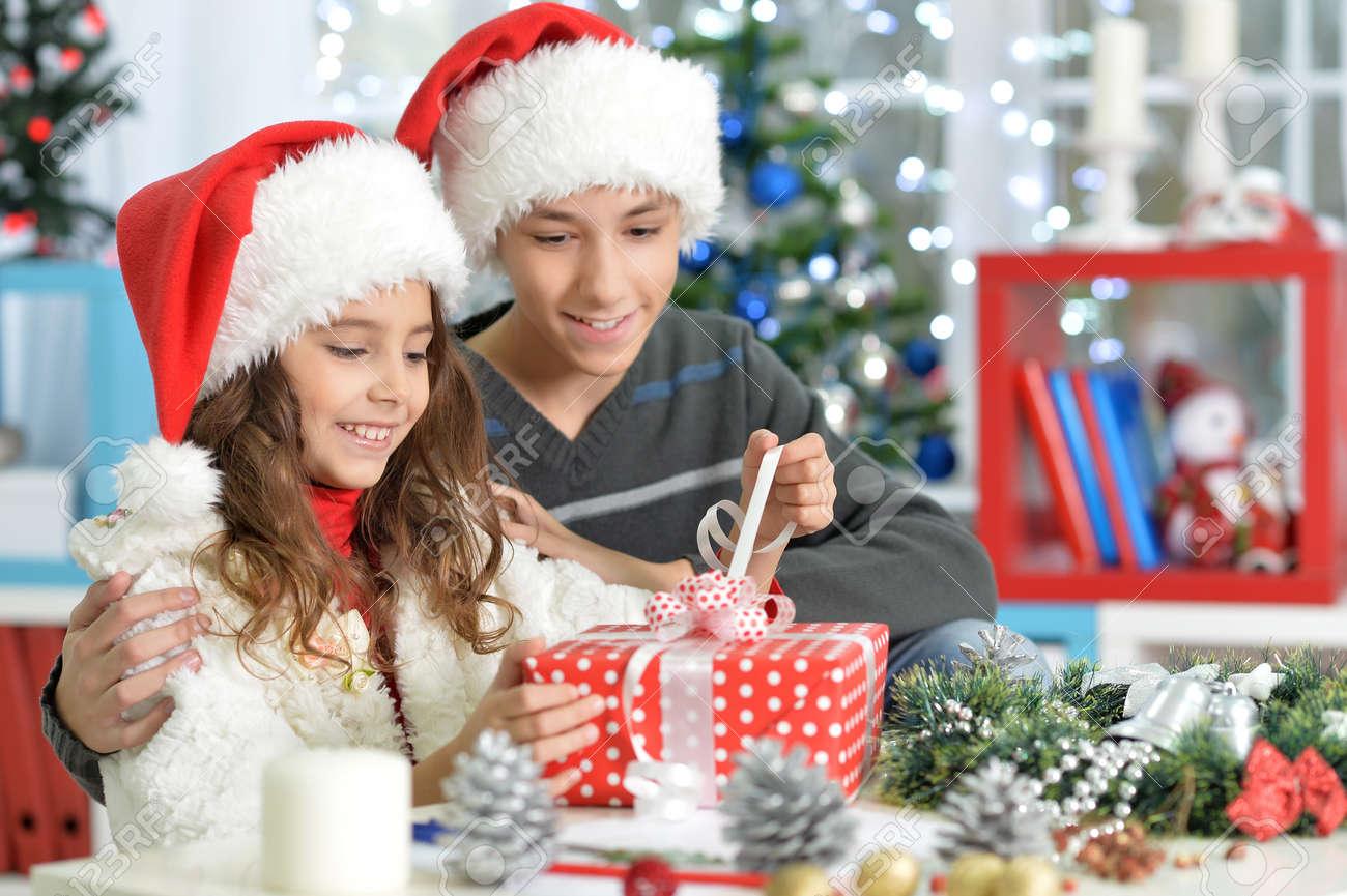 Porträt Glücklich Bruder Und Schwester, Weihnachten Zu Feiern, Hält ...