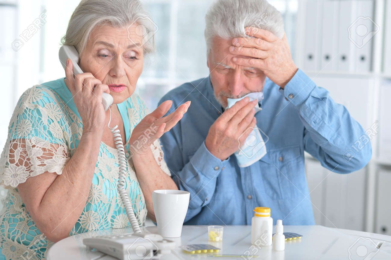 Elderly couple with pills - 73096732