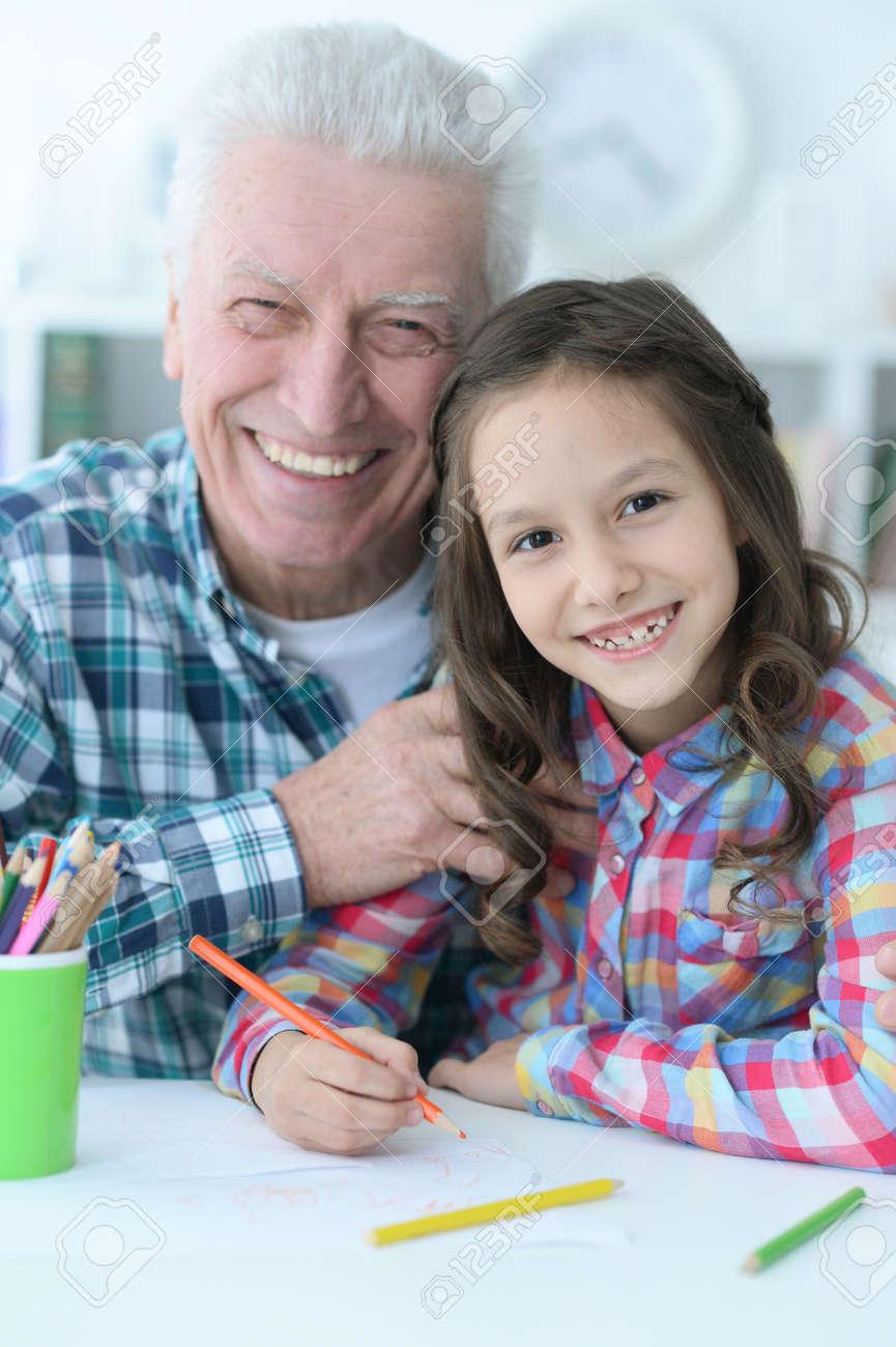 Grand Père Avec Dessin De Petite Fille Ensemble
