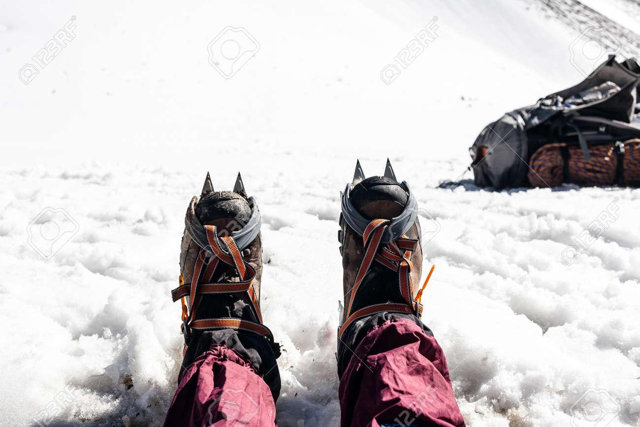 Kletterausrüstung Zermatt : Trekkingschuhe mit steigeisen nahansicht. kletterausrüstung