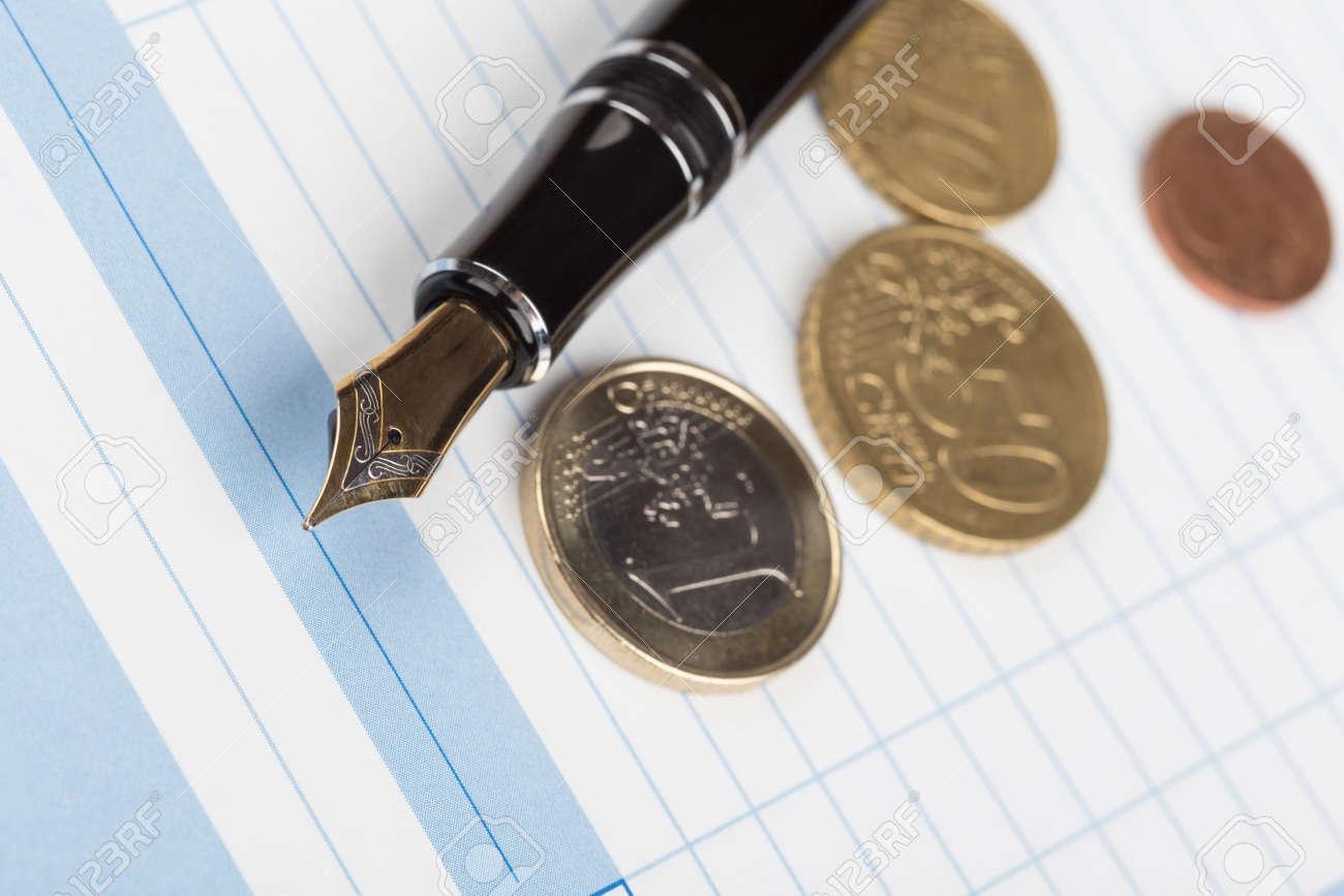 Quittungsbuch Und Füllfederhalter Euro Münzen über Weißem