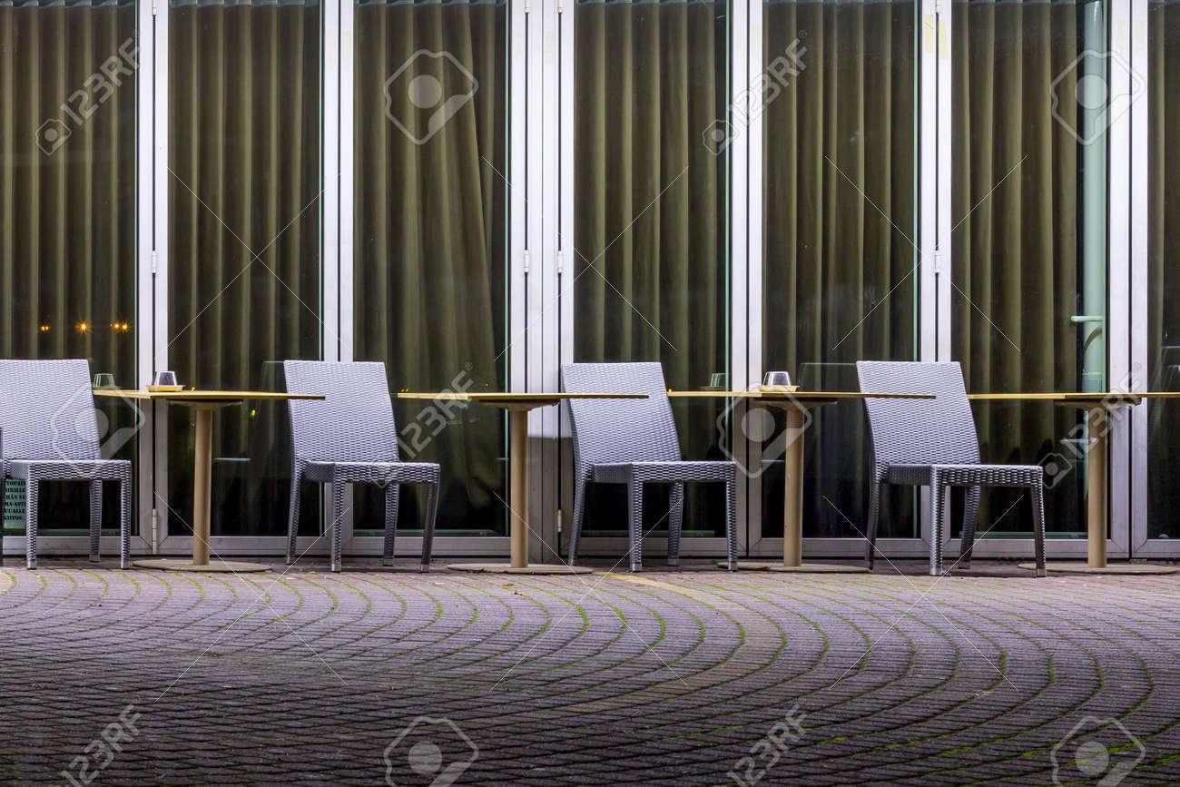 Sillas Vacías Y Mesas En Una Terraza Del Café En La Noche