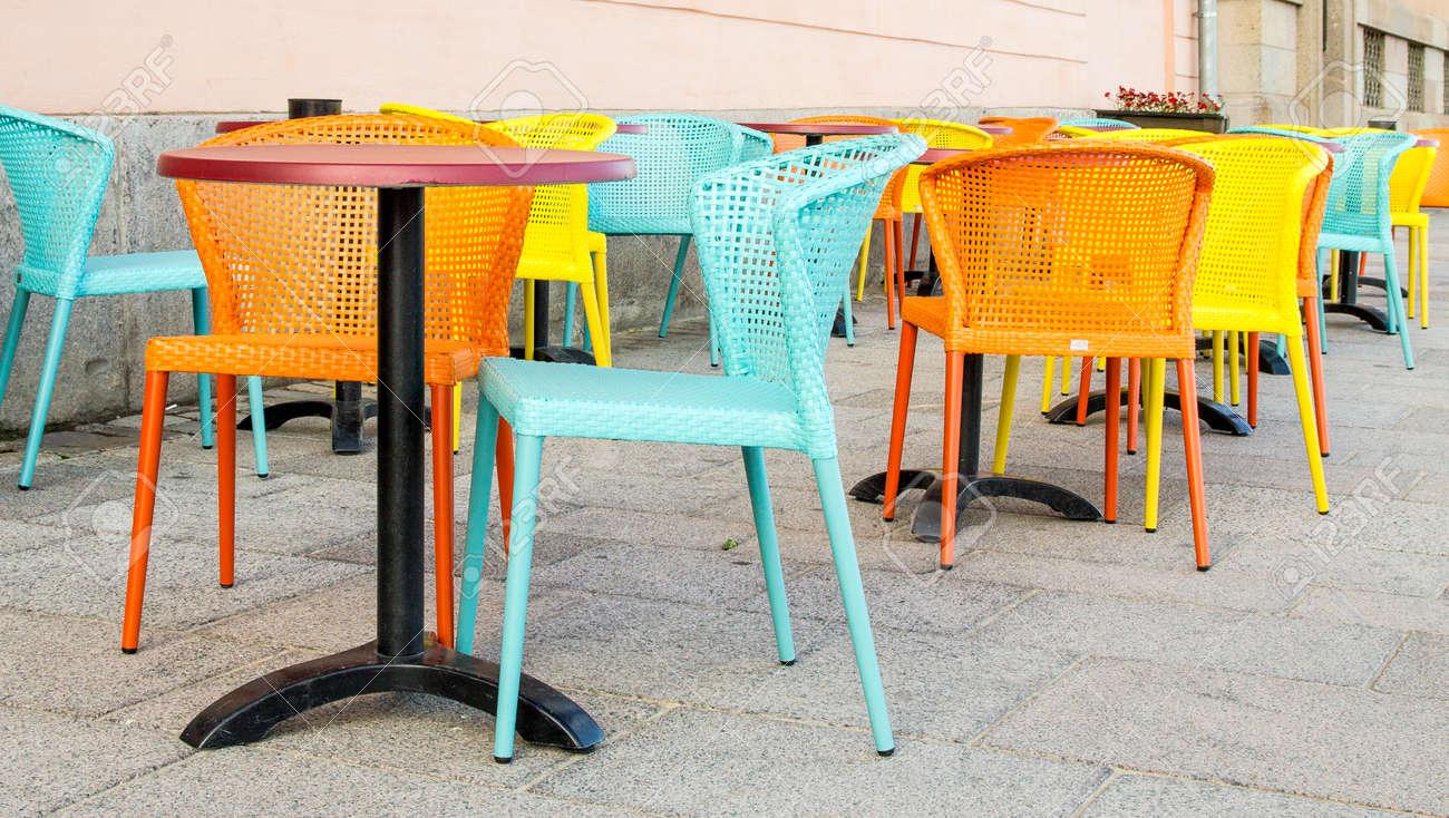Sillas Y Mesas De Colores Pastel En Una Terraza Del Cafe De La Calle