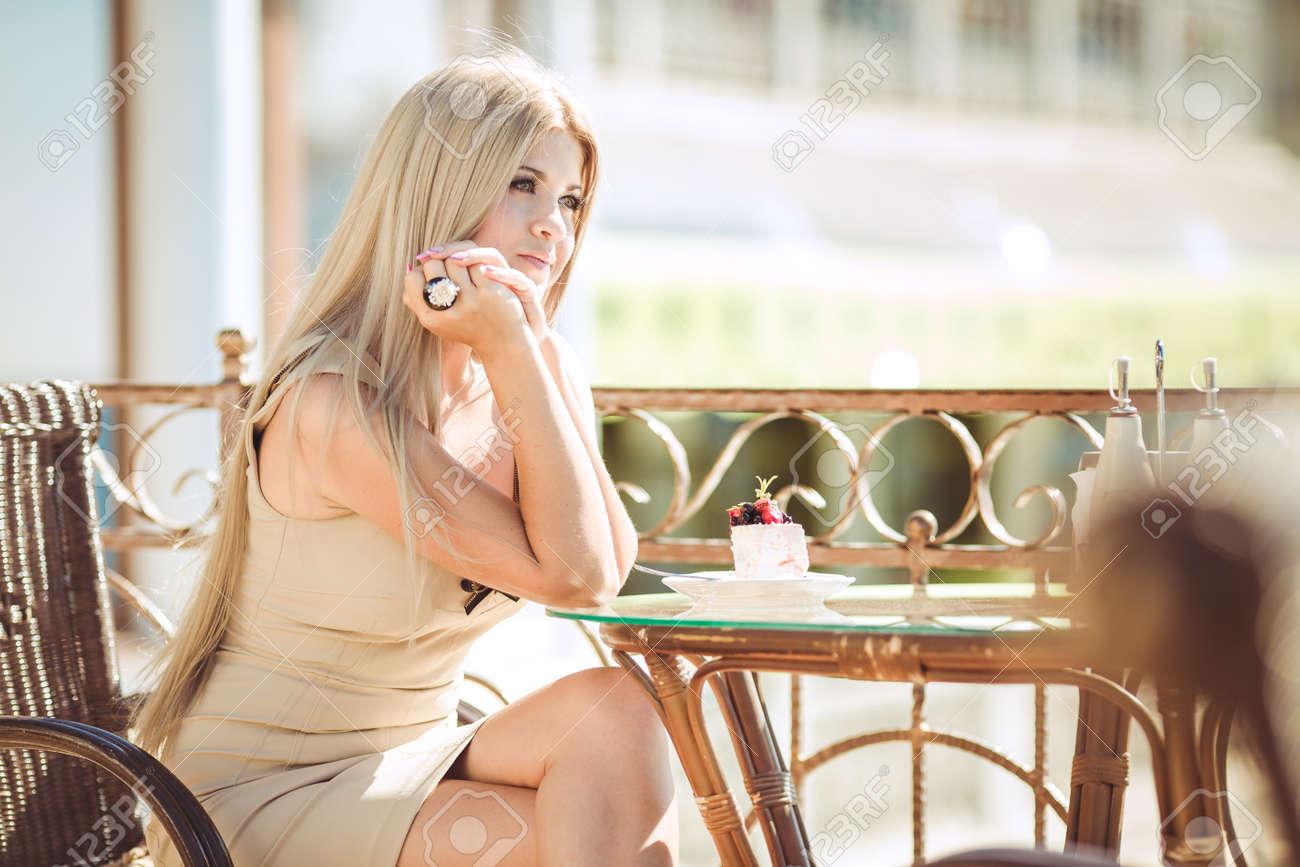 Risultati immagini per bella donna  e caffè