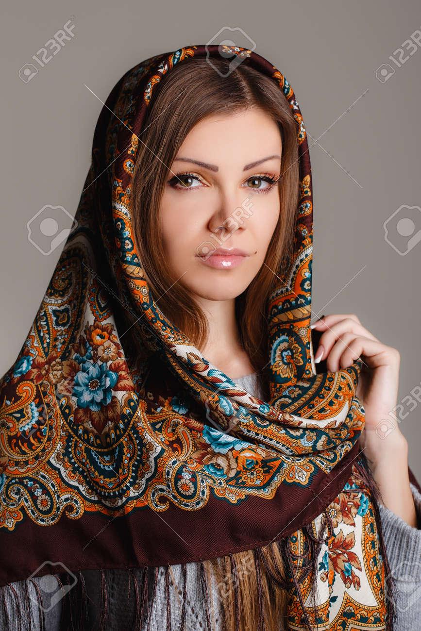 low cost undefeated x online retailer Portrait d'une belle jeune femme avec un foulard sur la tête de Russie  beauté russe foulard traditionnel national sur la tête