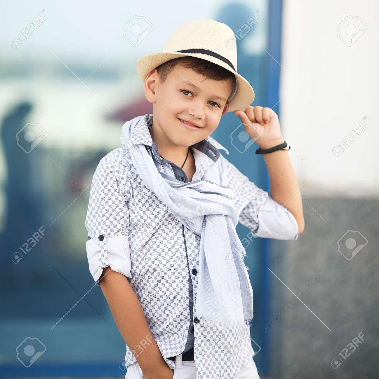公園で外楽しんでスタイリッシュな男の子。かわいい幸せな男の子子供
