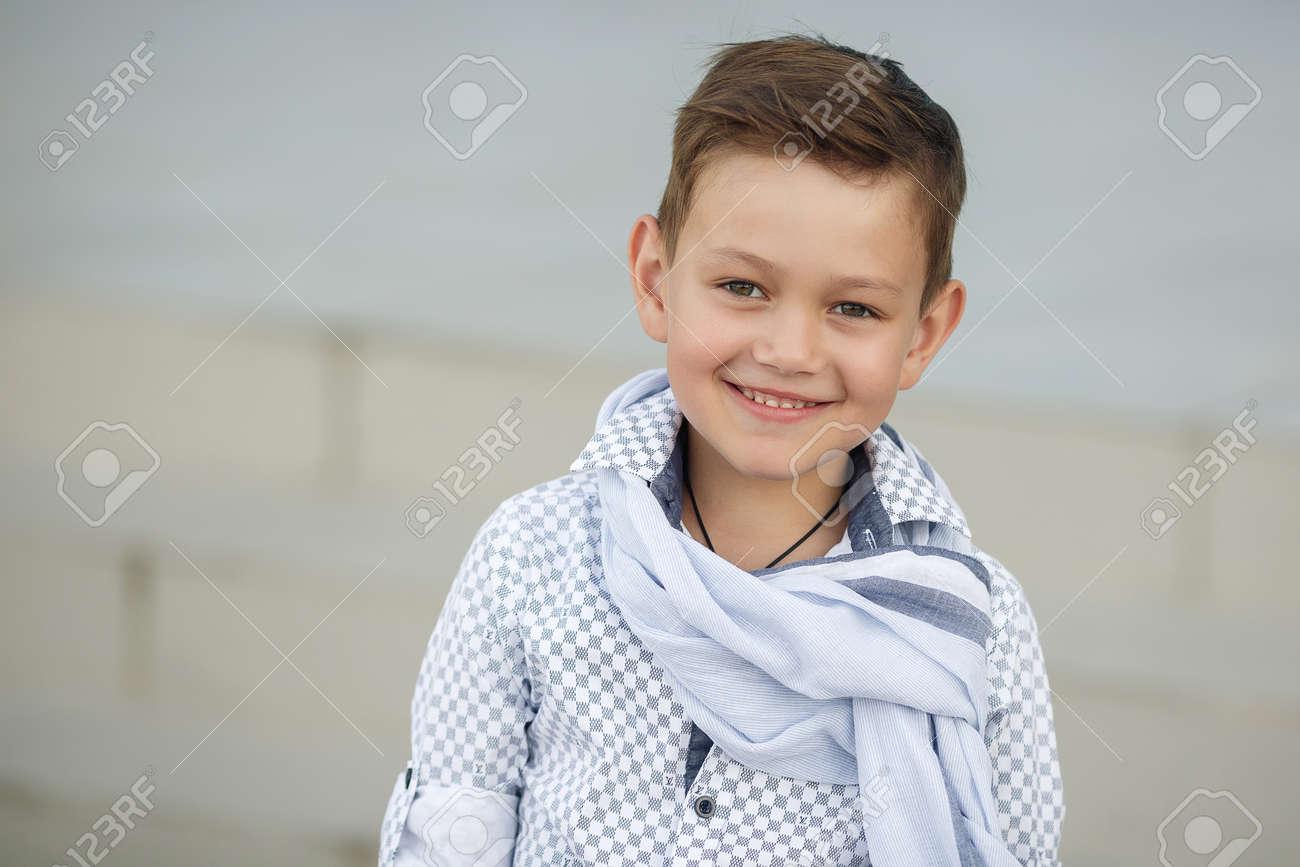 公園で外楽しんでスタイリッシュな男の子。かわいい幸せな男の子子供屋外