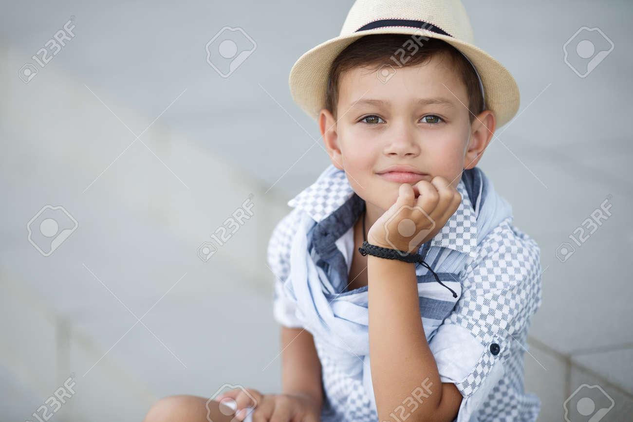 公園で外楽しんでスタイリッシュな男の子。かわいい幸せな男の子子供屋外。都市の古典的なスタイルでかわい