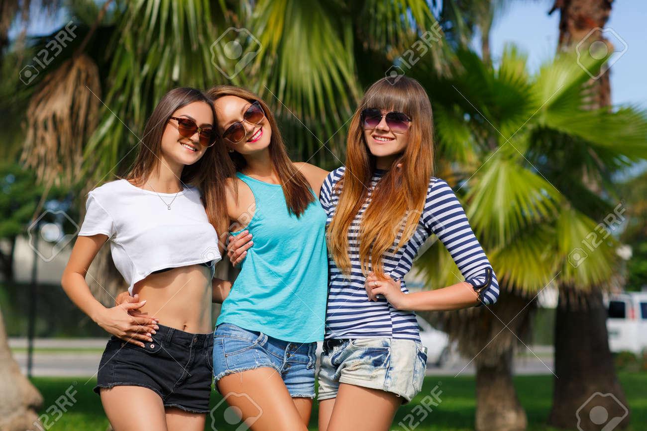 f106d53ad Tres Hermosas Chicas Jóvenes - Morena