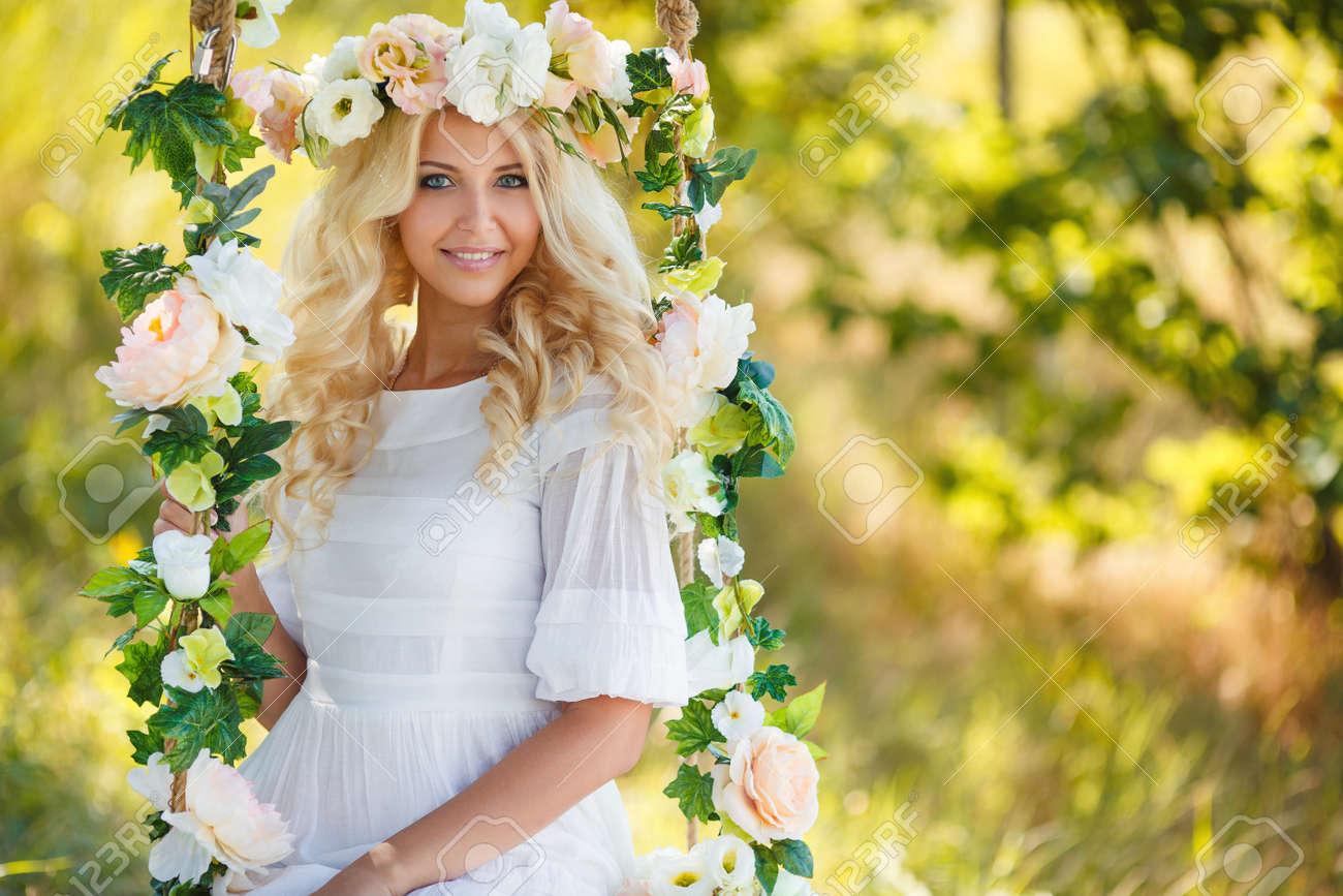 Blueeyed Braut Mit Einem Schonen Blonden Curlylong Haar In Einem