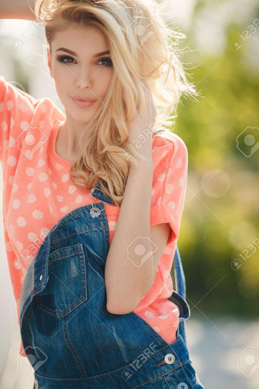 Fille Blonde Belle summer portrait d'une belle femme. très belle jeune fille blonde aux