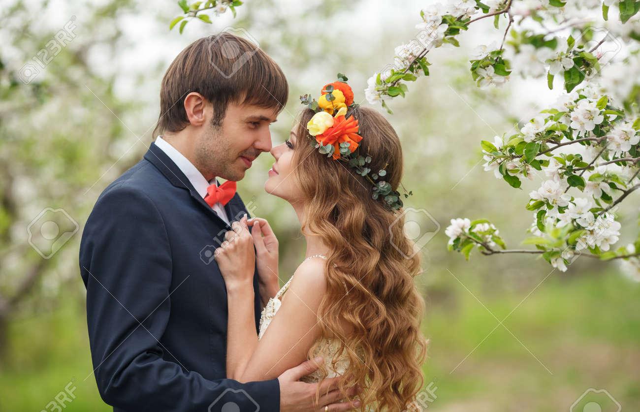 52c61d6b6785 Couplethe nozze sposo è un giovane uomo Darkhaired in un abito nero e  fiocco rosa bridebrunette tiebeautiful con lunghi capelli ricci in un abito  da sposa ...