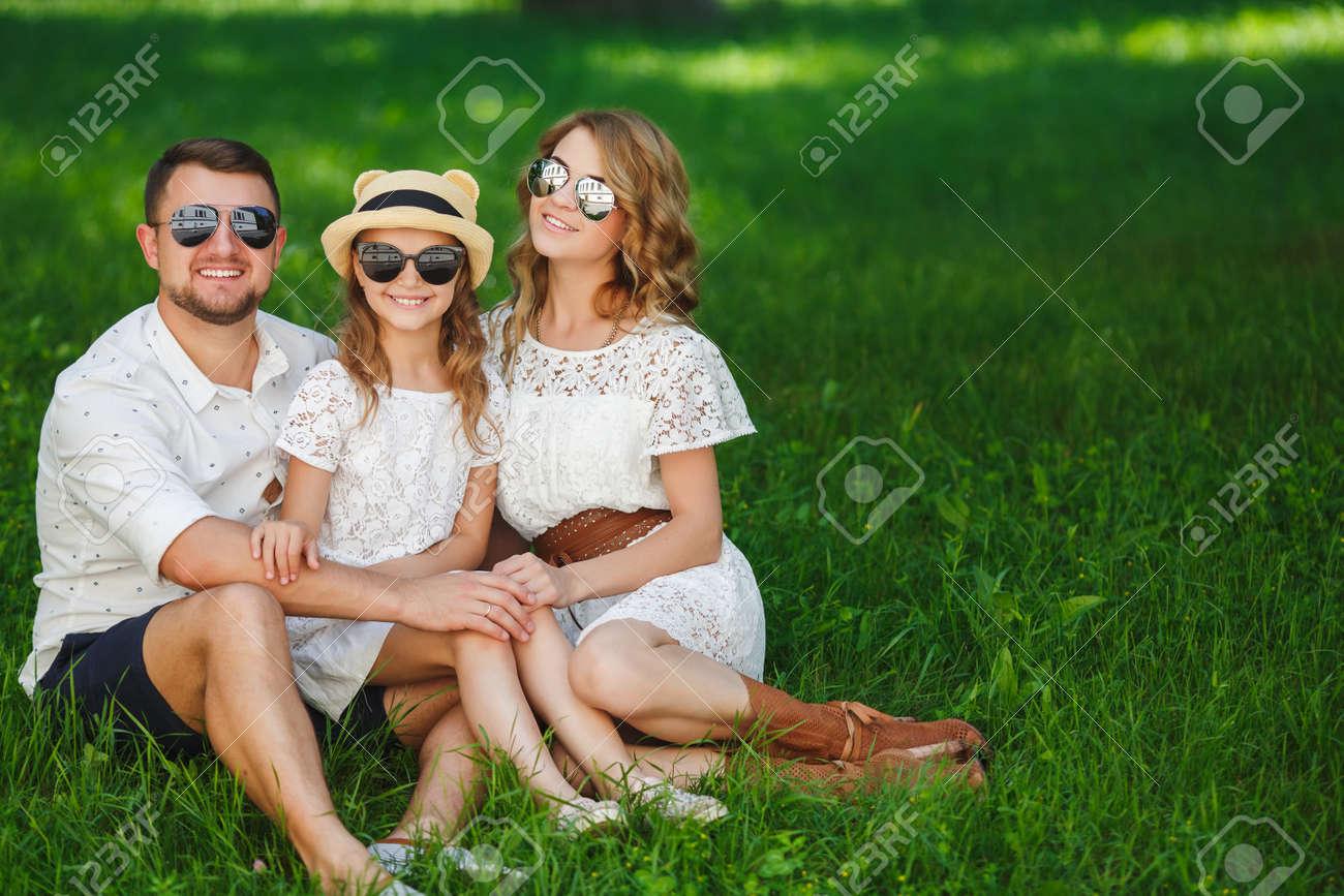 Feliz Joven Familia, Padre, Madre E Hija Pasan El Día De Fin De ...