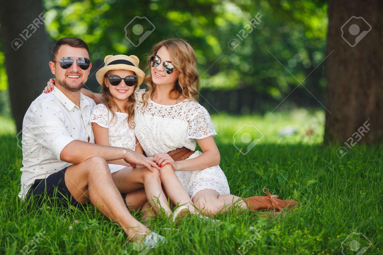 Feliz Joven Familia, Padre, Madre E Hija Pasan El Fin De Semana De ...