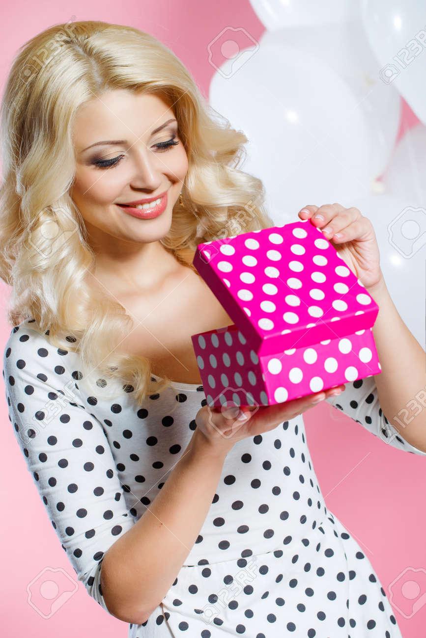 Jeune Femme Heureuse Avec Un Cadeau Bon Anniversaire Douce Femme