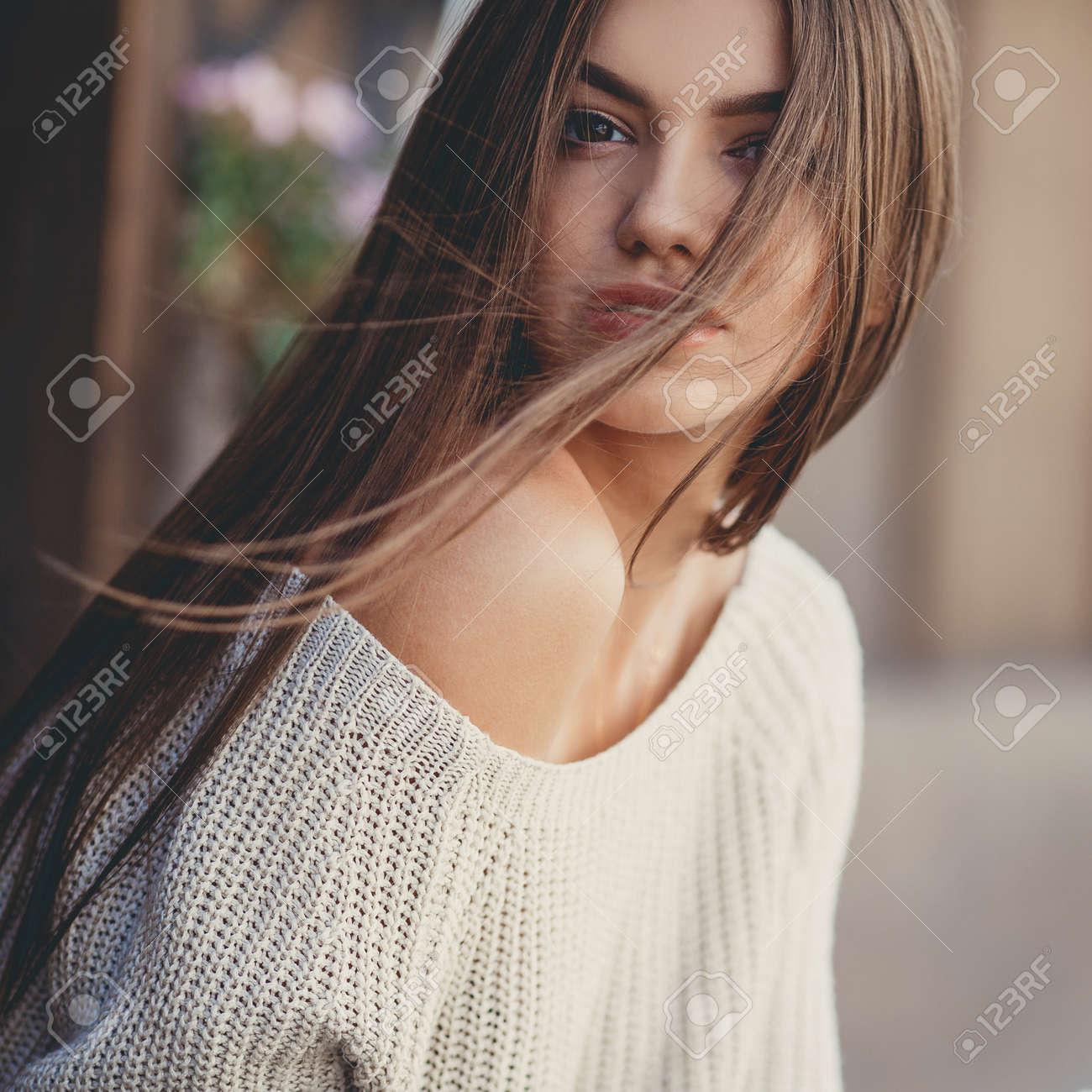 28e5706a4bce Herbst-Porträt Einer Schönen Jungen Frau, Elegant, Schlank, Schöne Frau,  Brünett Mit Langen Haaren, In Einem Weißen Pullover Für Einen Fotografen  Posiert In ...