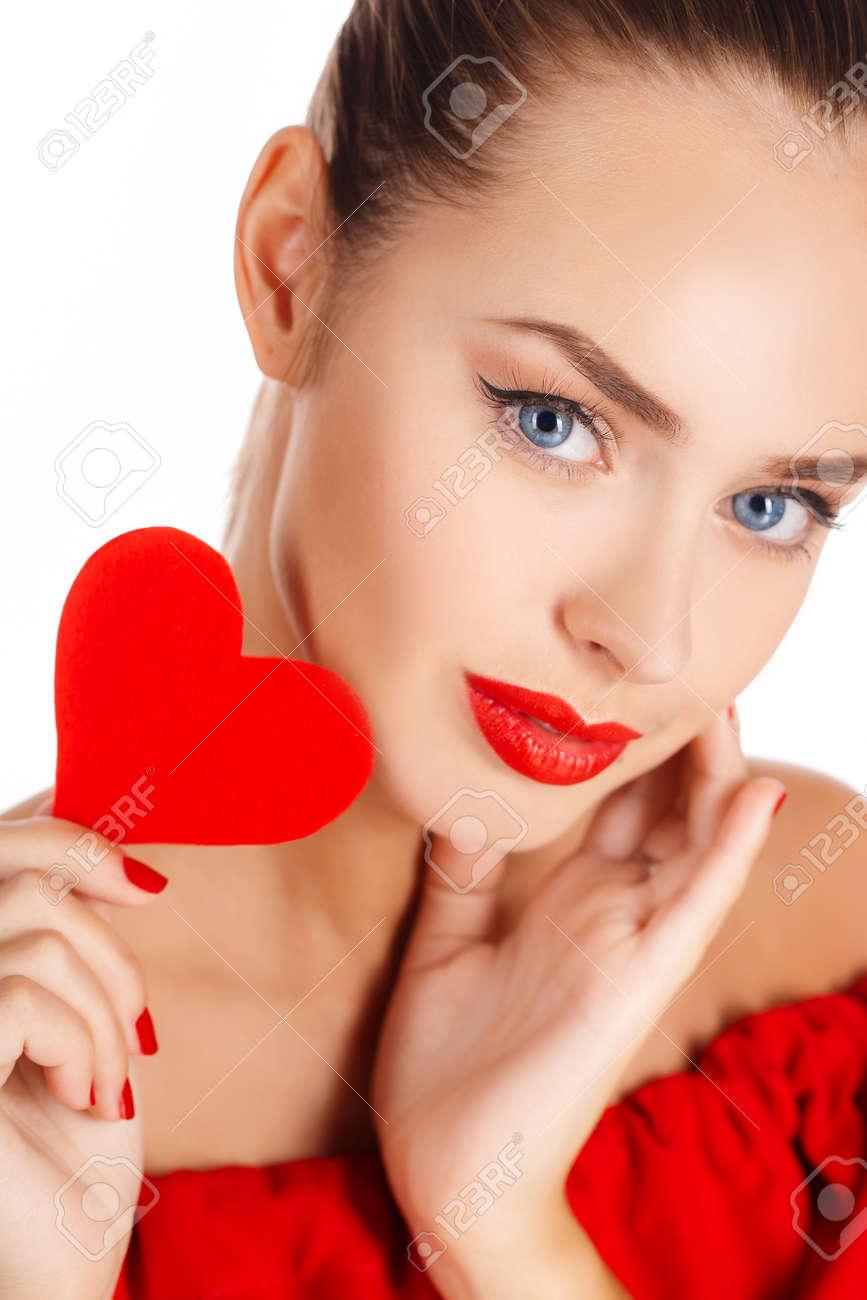 studioporträt auf weißem hintergrund einer schönen jungen frau, brunette  mit blauen augen, heller roter lippenstift, schönes lächeln, roter  nagellack,