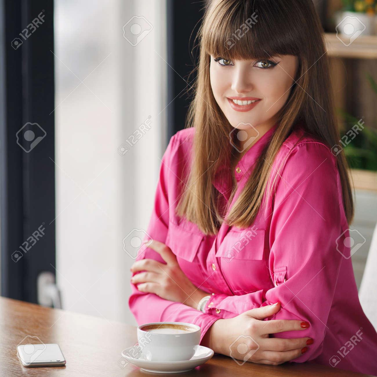 Mädchen Mit Einer Tasse Heißen Tee An Einem Tisch In Einem Cafe ...