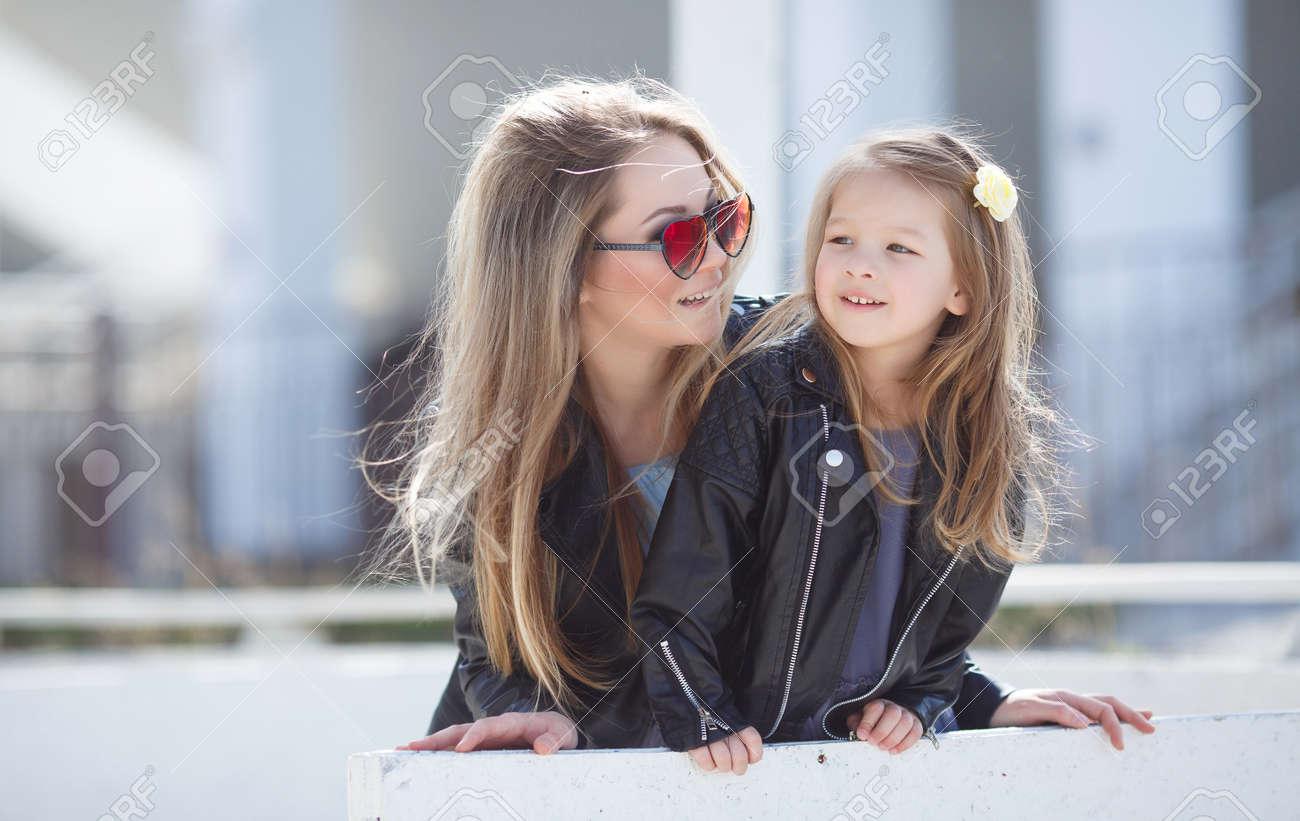 Su Feliz Y Pequeña Ambos Rubia Cuatro De Madre Años Edad Hija EOrw75Eq