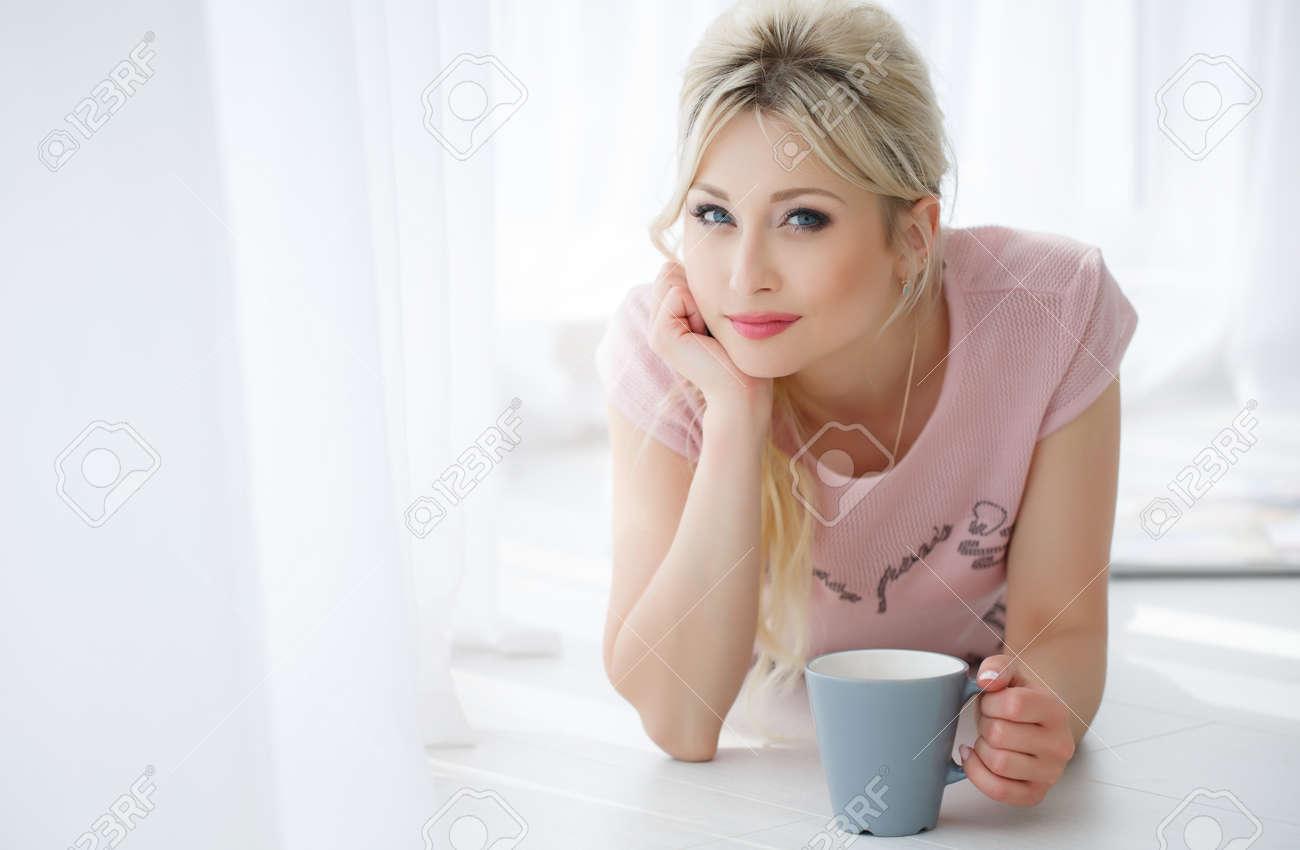 Schöne Junge Frau Mit Langen Blonden Haaren Und Blauen Augen Licht