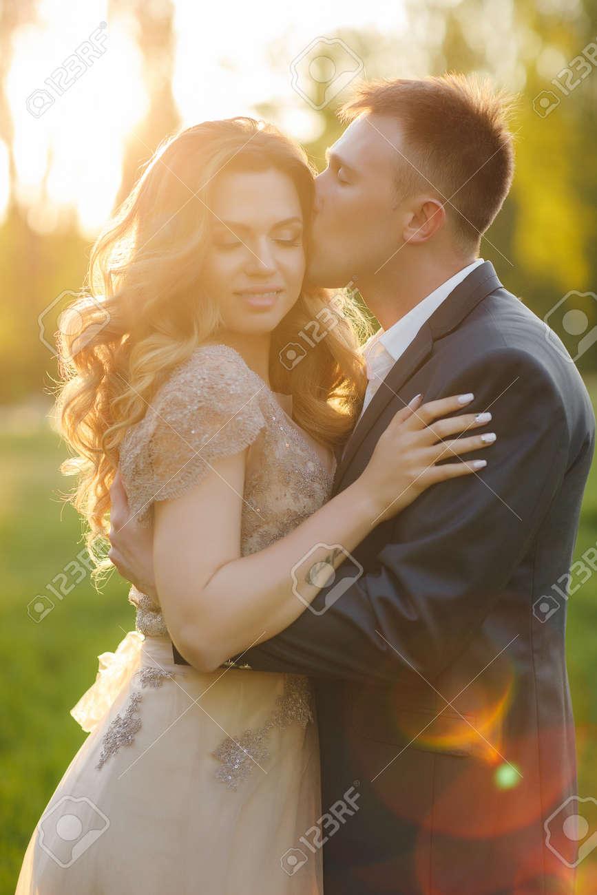 Junge Liebespaar Am Hochzeitstag Der Brautigam Ein Mann Mit Einem