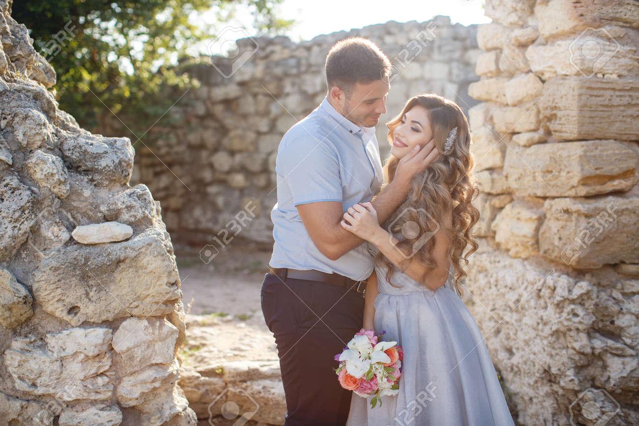Ein Junges Paar In Der Liebe, Braut Und Bräutigam, In Ihrer Hochzeit ...