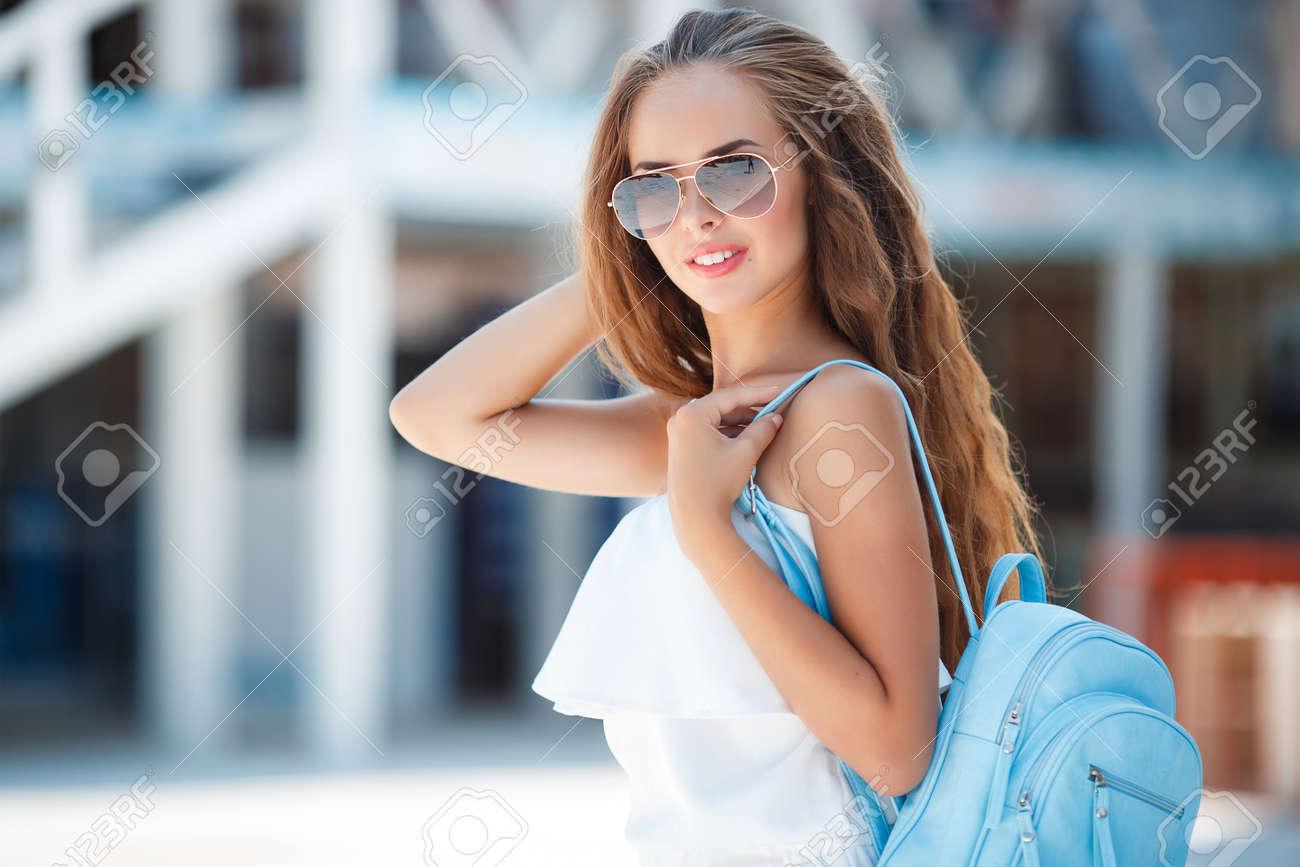 Cheveux De Femme Lunettes Longs Avec Belle Jeune Des Brune Bruns qfgTzOWxXw