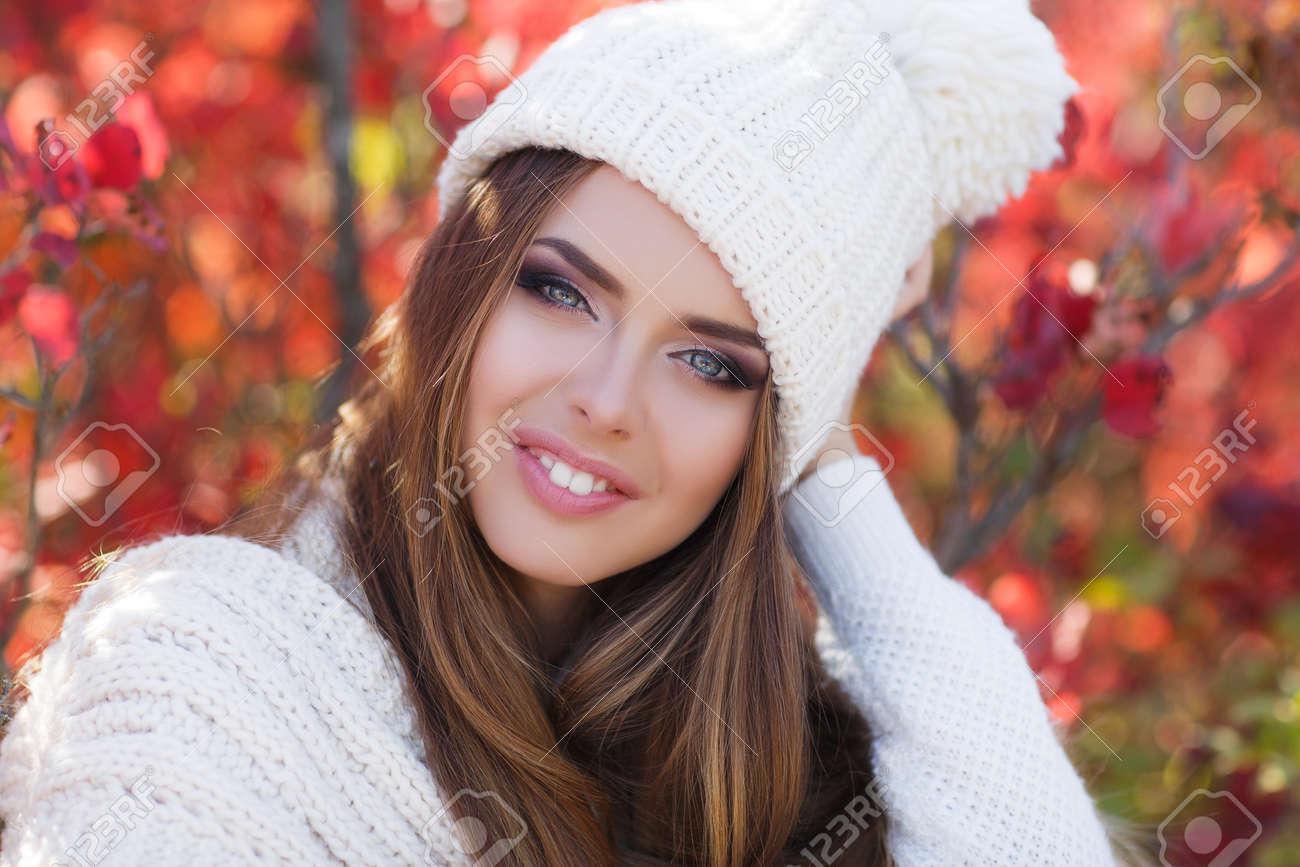 offer discounts best deals on exclusive shoes Belle jeune femme en pull blanc tricoté et blanc bonnet de tricot, brune,  cheveux longs droite, les yeux gris, rouge à lèvres rose et maquillage  léger ...