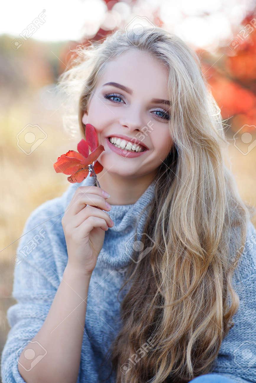 Herbstportrait Der Schönen Jungen Frau Mit Langen Blonden Haaren Und