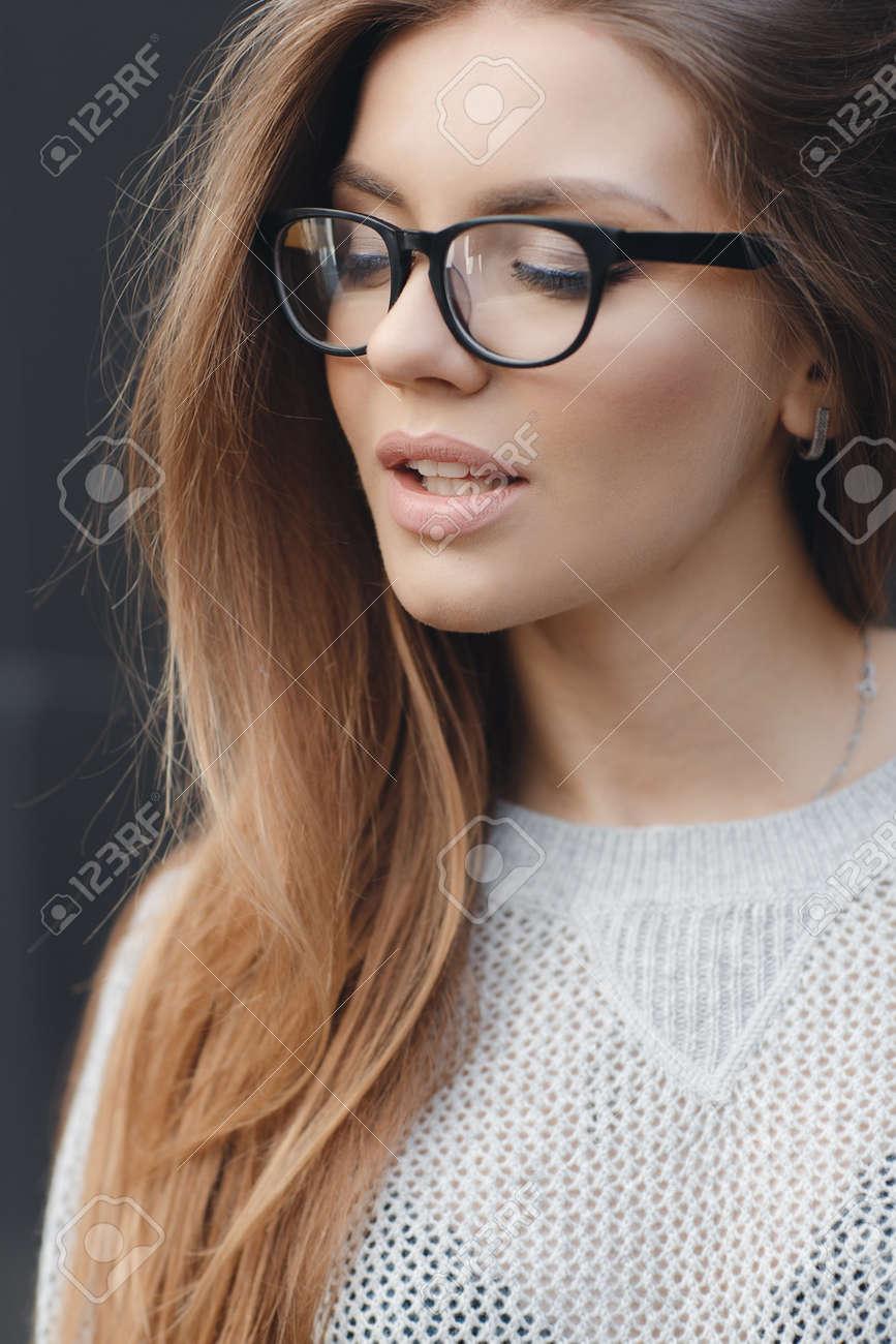 Mujer Hermosa Joven Con El Modelo Se Ve, Lleva Gafas De Montura ...