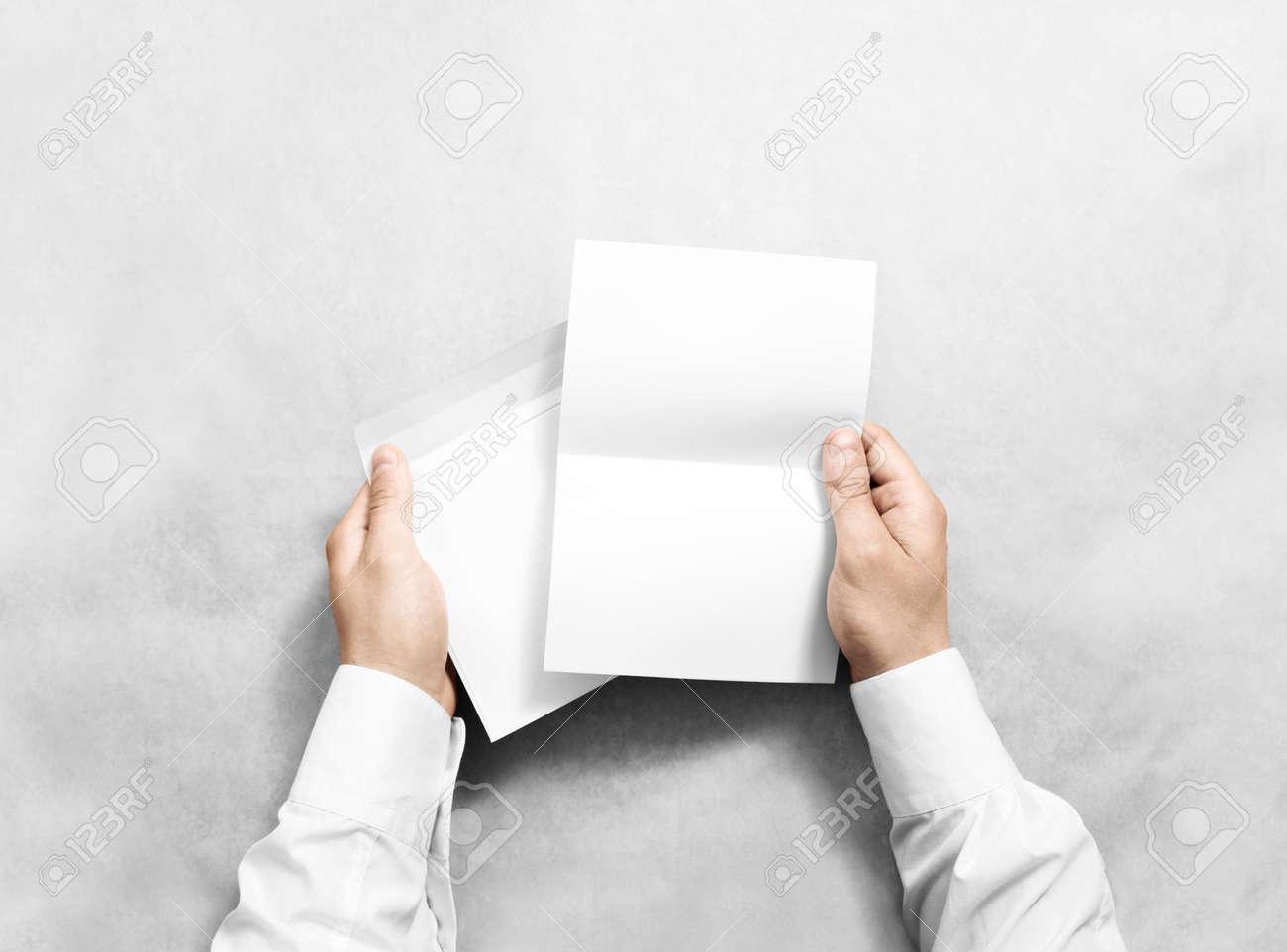 Hand Hält Weiße Leere Umschlag Und Brief Mockup Isoliert Arm