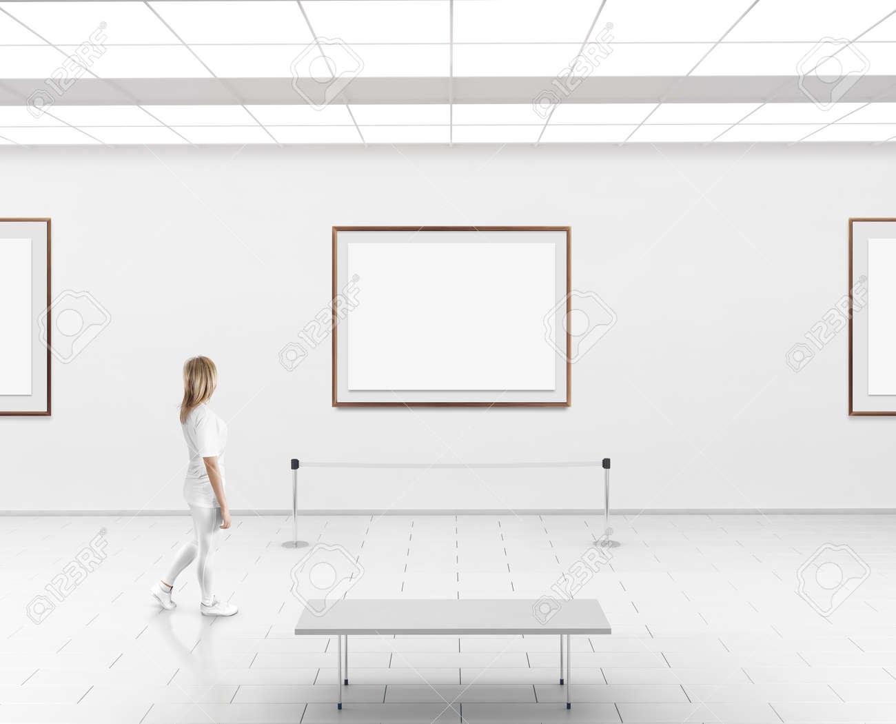 Moderne Galeriewand Mockup. Frau Zu Fuß In Der Museumshalle Mit ...