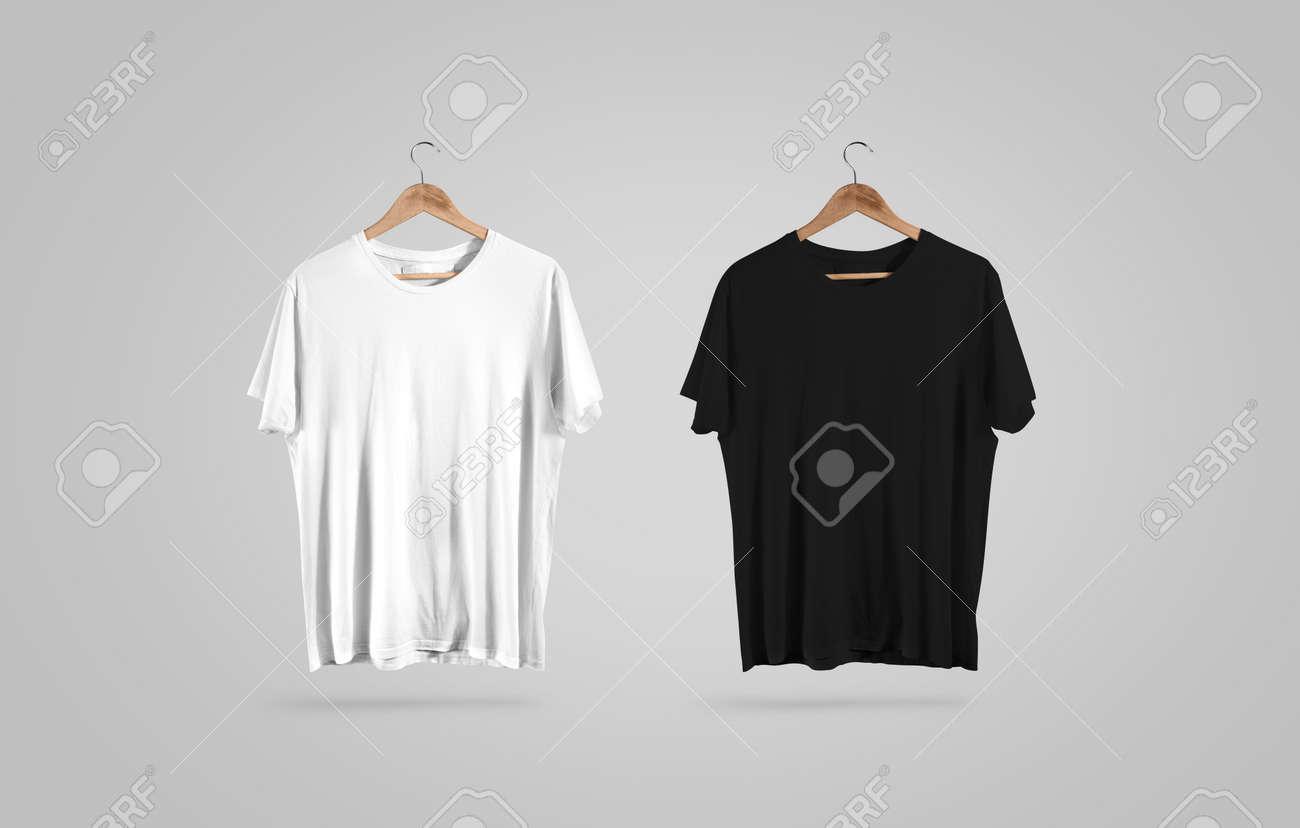 空白のハンガーに黒と白の t シャツ モックアップのデザインします