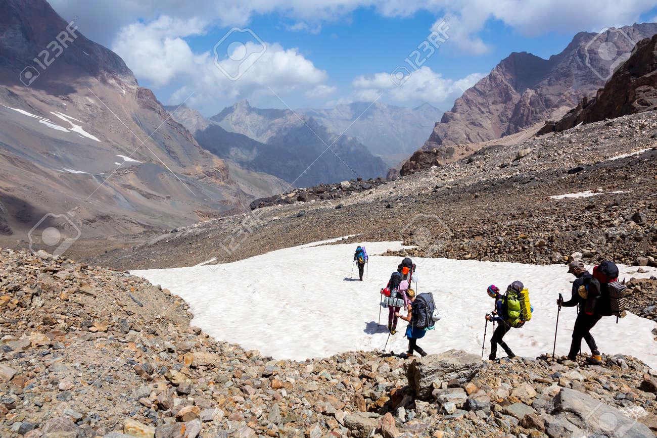 Kletterausrüstung Rucksack : Alpine bergsteiger team sportbekleidung mit schweren rucksäcke und