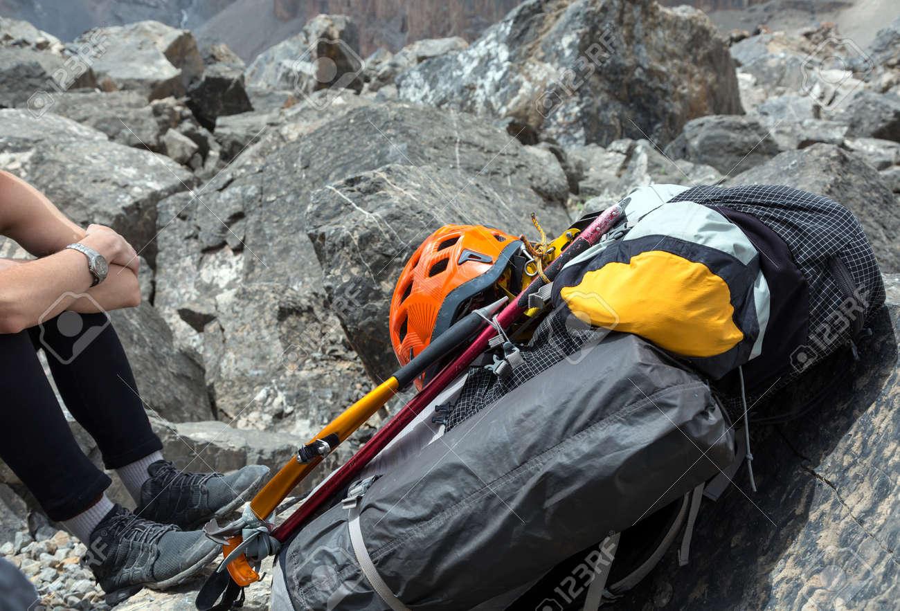 Klettergurt Rucksack : Weibliche bergsteiger mit rucksack helm und klettergurt