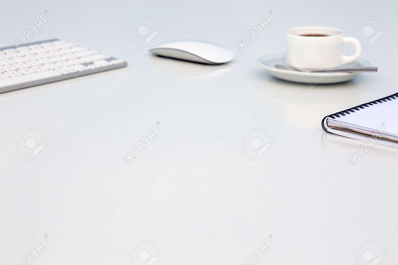 Lumineux bureau open space blanc table avec tasse à café ouvert