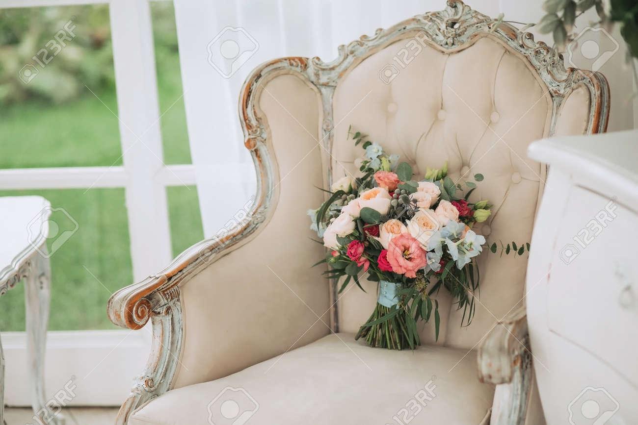 Schoner Fruhling Hochzeitsstrauss Aus Rosen Und Eukalyptus Auf Einem