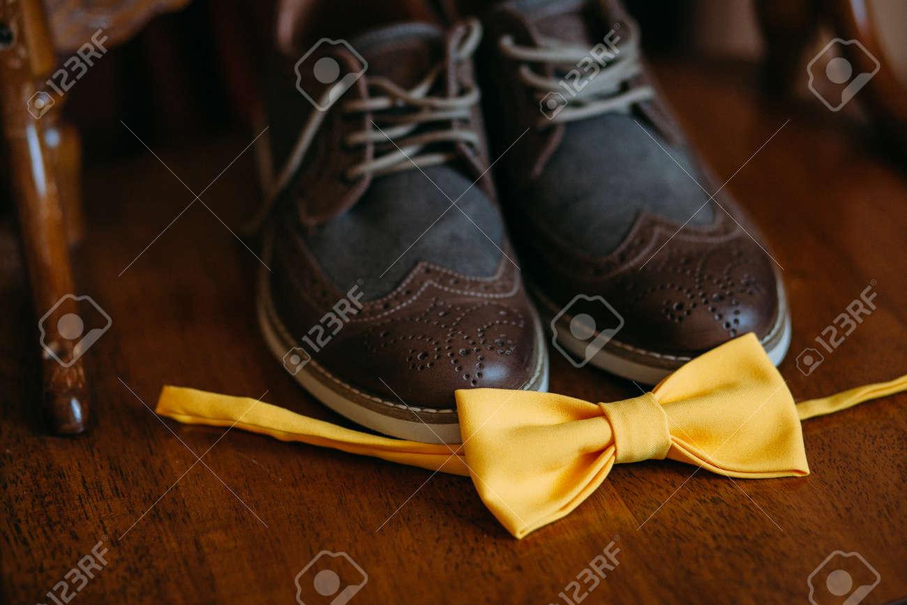 de marié en à paire côté d39 brun Une arc arc cuir daim un en chaussures talonspour hommes ; à élégantes jaune le des SUpzVqMG