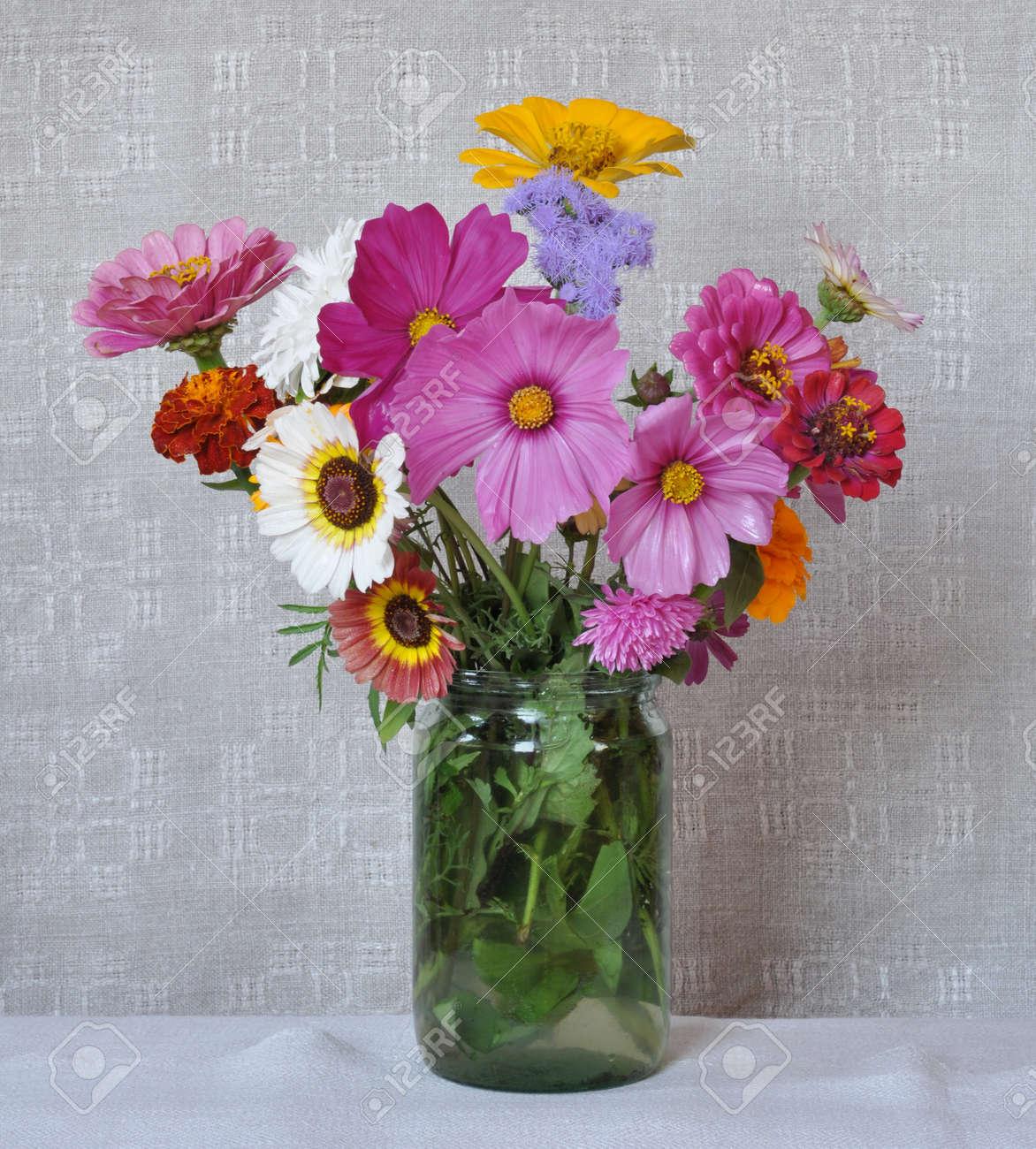 Außergewöhnlich Blumenstrauß, Garten, Blumen Auf Dem Hintergrund Einer Alten &YO_46