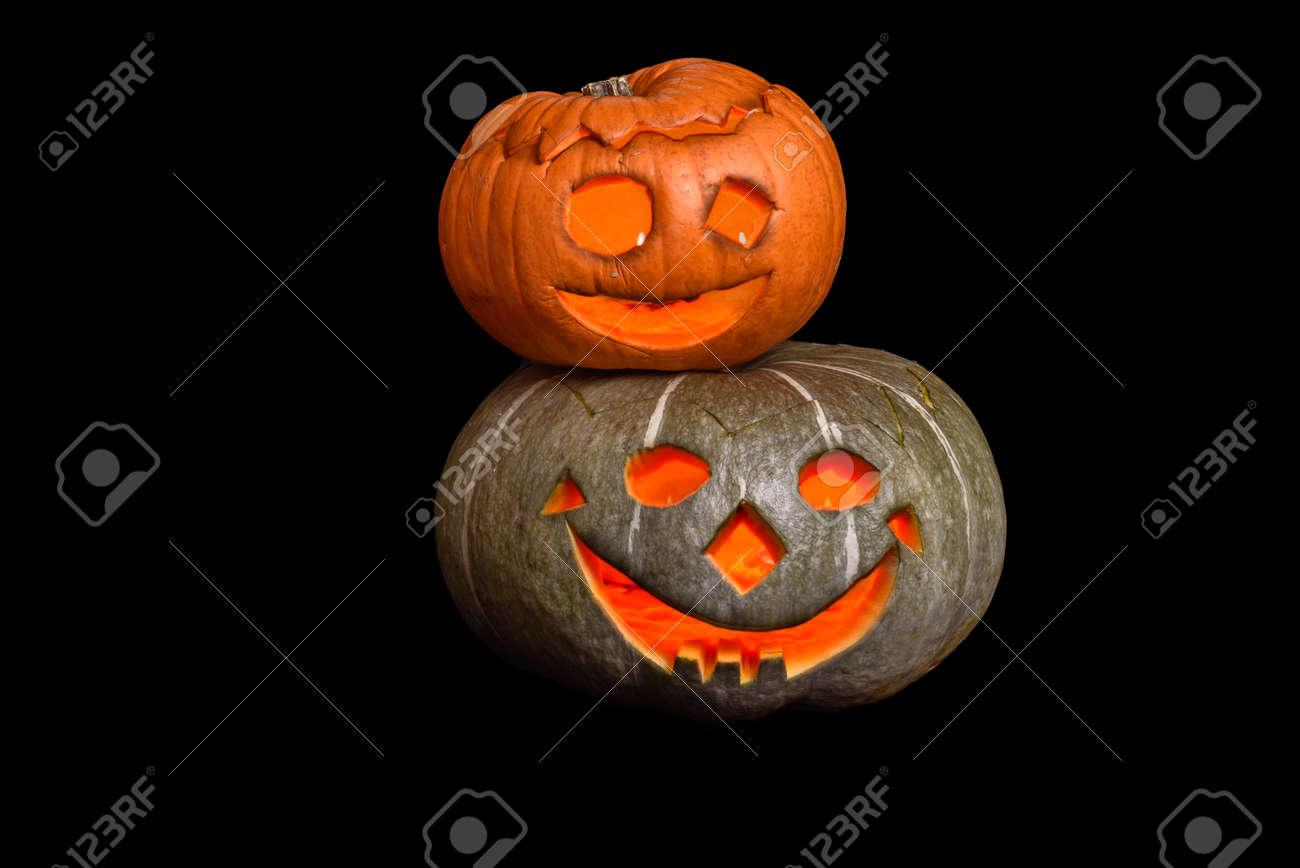 Facce Zucche Di Halloween.Due Zucche Di Halloween Accatastate Con Facce Smiley Su Priorita Bassa Nera