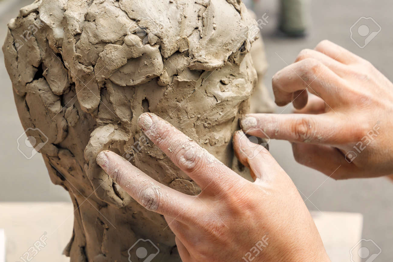 https://previews.123rf.com/images/alexeyarz/alexeyarz1809/alexeyarz180900106/109025581-sculptor-creates-a-bust-and-puts-his-hands-clay-on-the-skeleton-of-the-sculpture-close-up.jpg