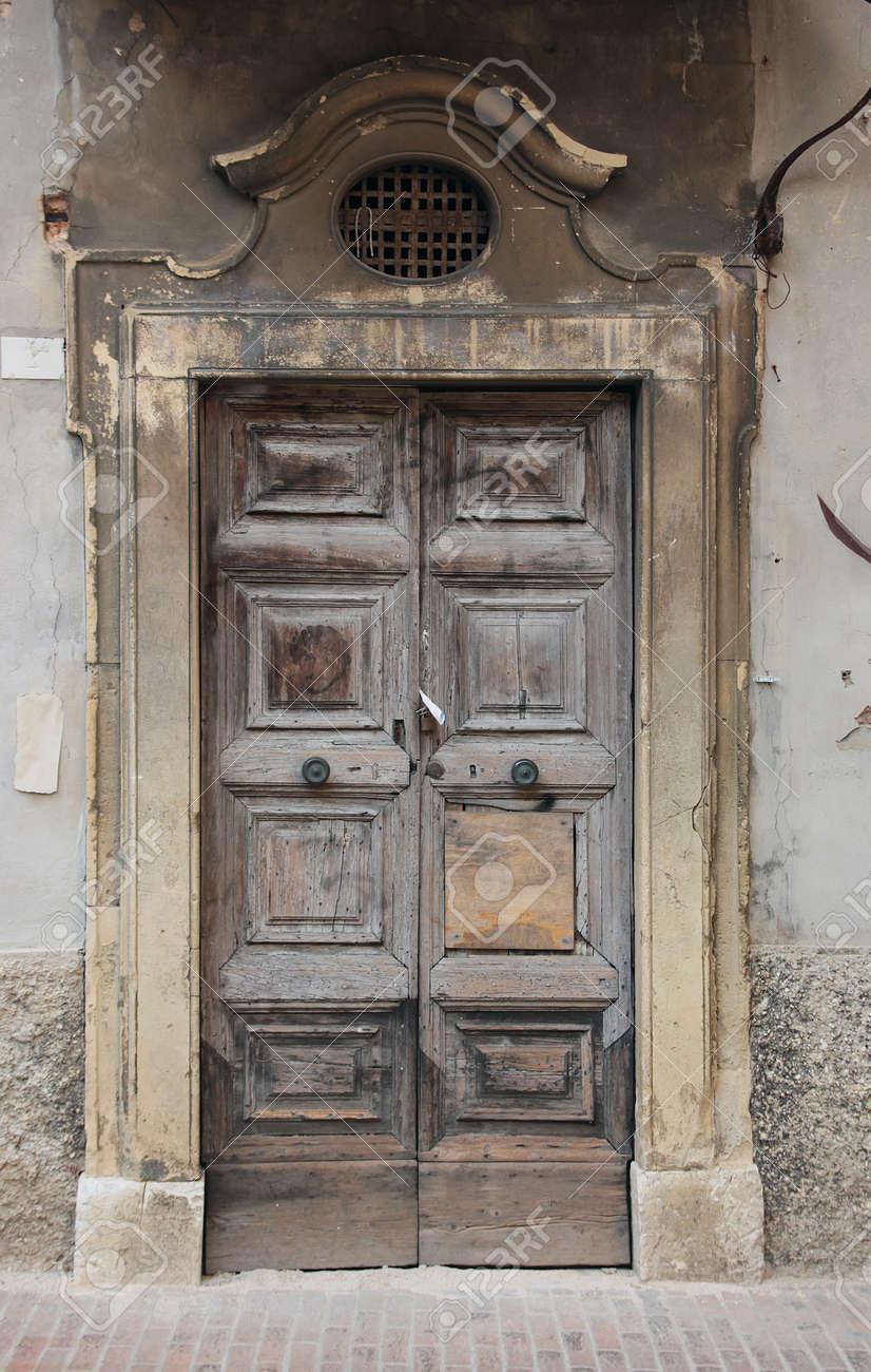 Vieux Portail En Bois porte de bois de chêne ancien avec portail cadre de marbre sur le vieux mur  de plâtre, urbino, italie