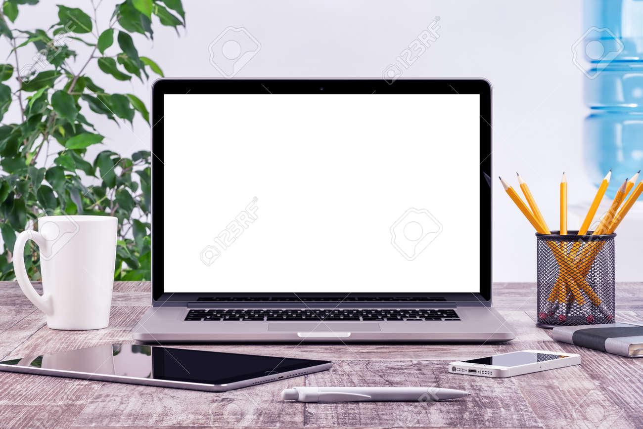 ufficio posto di lavoro con computer tablet portatile aperto ... - Scrivania Con Computer