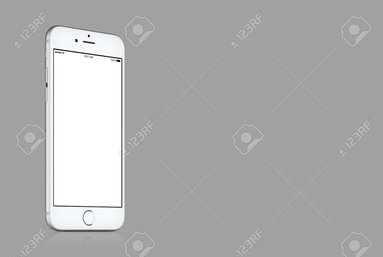 Varna Bulgarie 10 Mars 2016 Maquette Argentee Pour Apple Iphone 7 Avec Ecran Blanc Et Blanc Sur Fond Gris Solide Avec Espace De Copie Pour Votre Conception Tir De Studio De