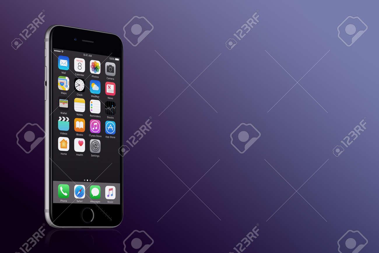 Space Grey Apple Iphone 7 Avec Ios 10 Sur L Ecran Sur Fond De Degrade Violet Avec Espace De Copie