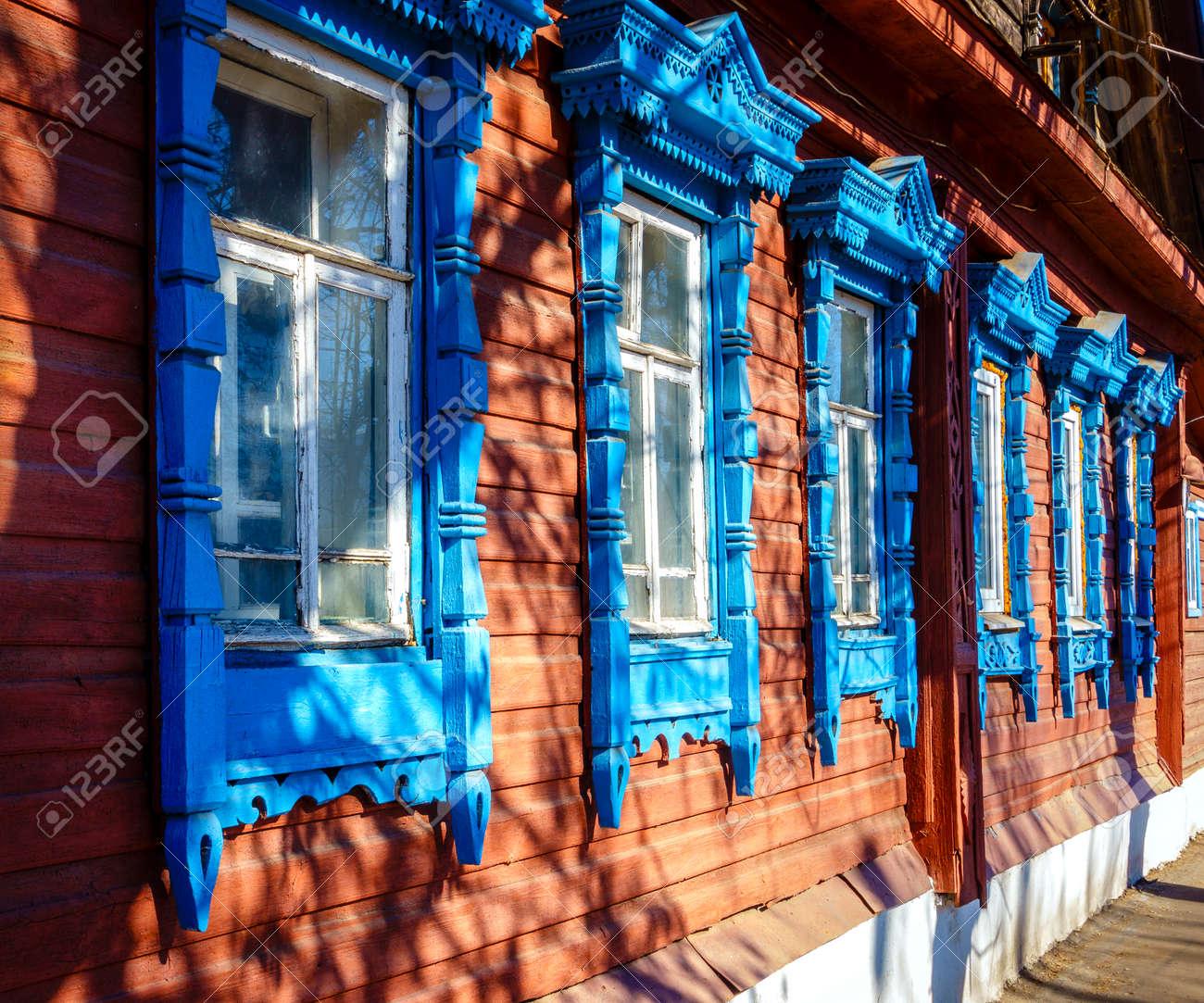 Fragment van traditionele oude huis gevel in kostroma rusland